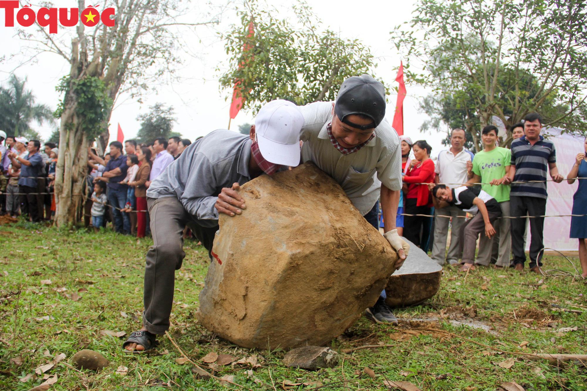 Độc đáo hội thi chẻ đá mồ côi ở Quảng Trị - Ảnh 3.