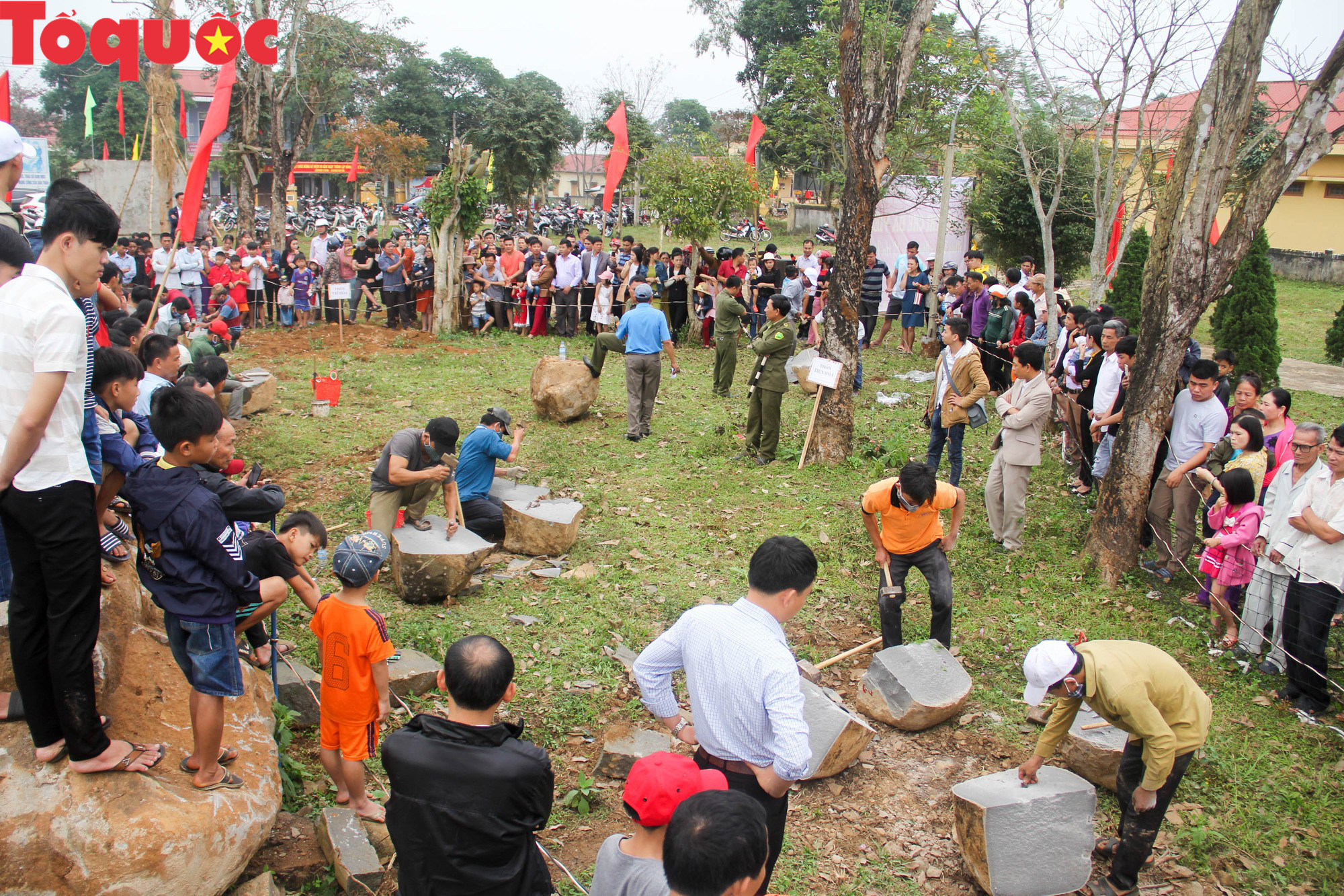 Độc đáo hội thi chẻ đá mồ côi ở Quảng Trị - Ảnh 1.