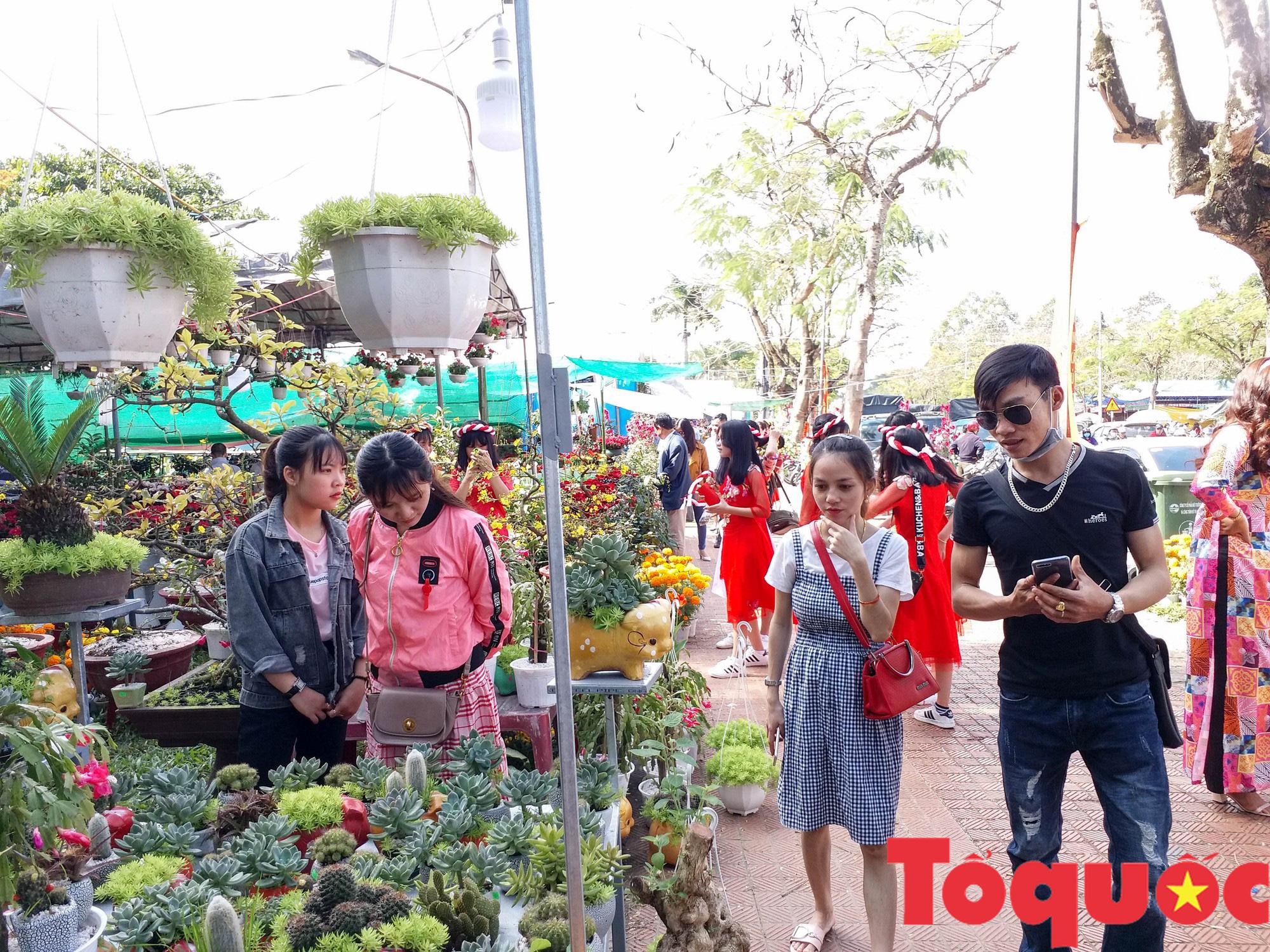 Người dân và du khách tại Huế rộn ràng xuống phố đón Xuân Kỷ Hợi - Ảnh 17.