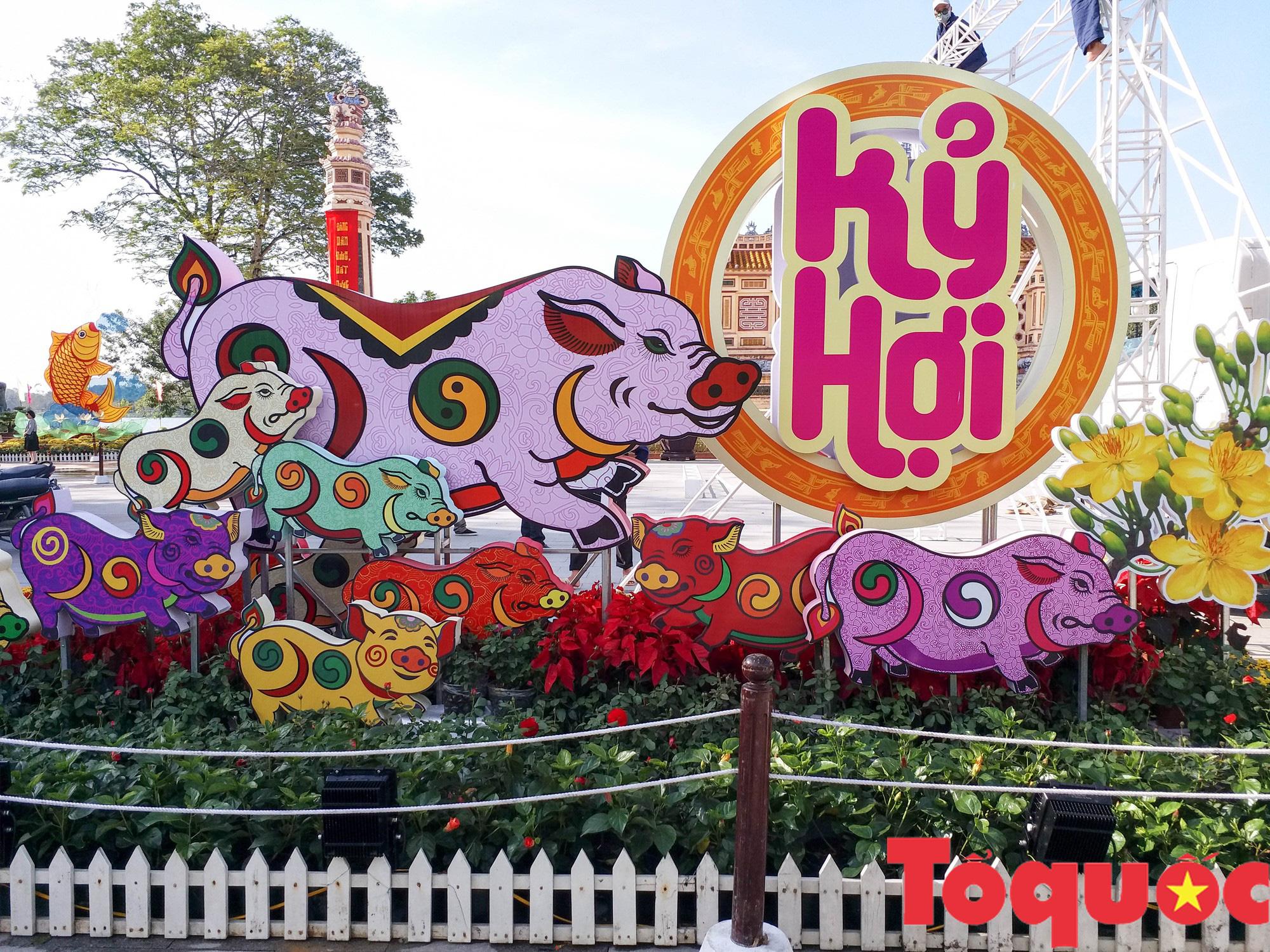 Người dân và du khách tại Huế rộn ràng xuống phố đón Xuân Kỷ Hợi - Ảnh 5.