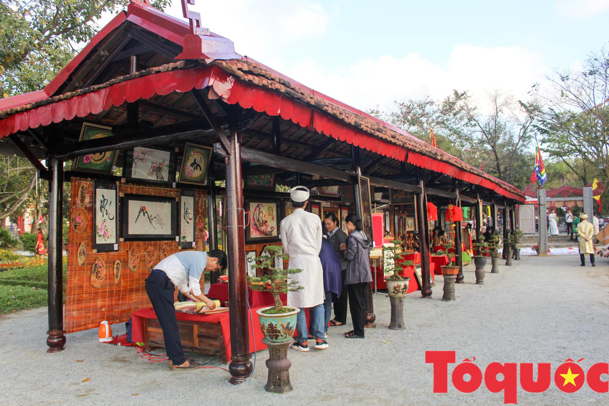 Người dân và du khách tại Huế rộn ràng xuống phố đón Xuân Kỷ Hợi - Ảnh 9.