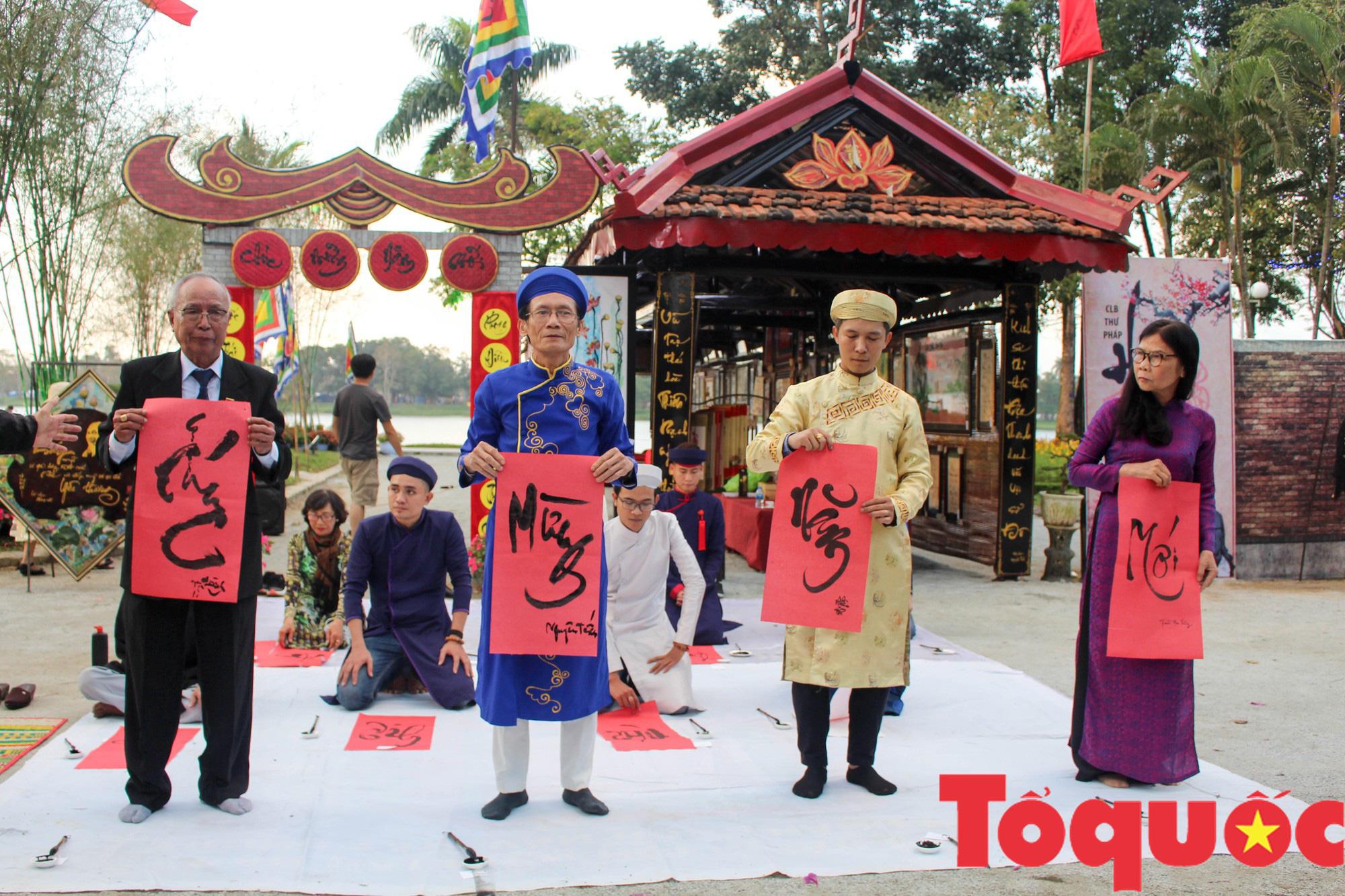 Người dân và du khách tại Huế rộn ràng xuống phố đón Xuân Kỷ Hợi - Ảnh 10.