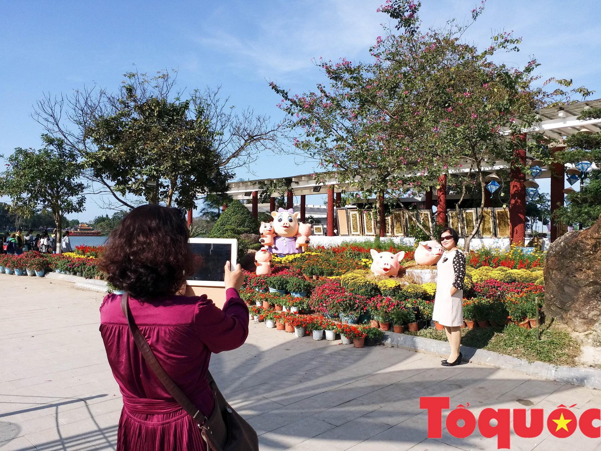 Người dân và du khách tại Huế rộn ràng xuống phố đón Xuân Kỷ Hợi - Ảnh 12.