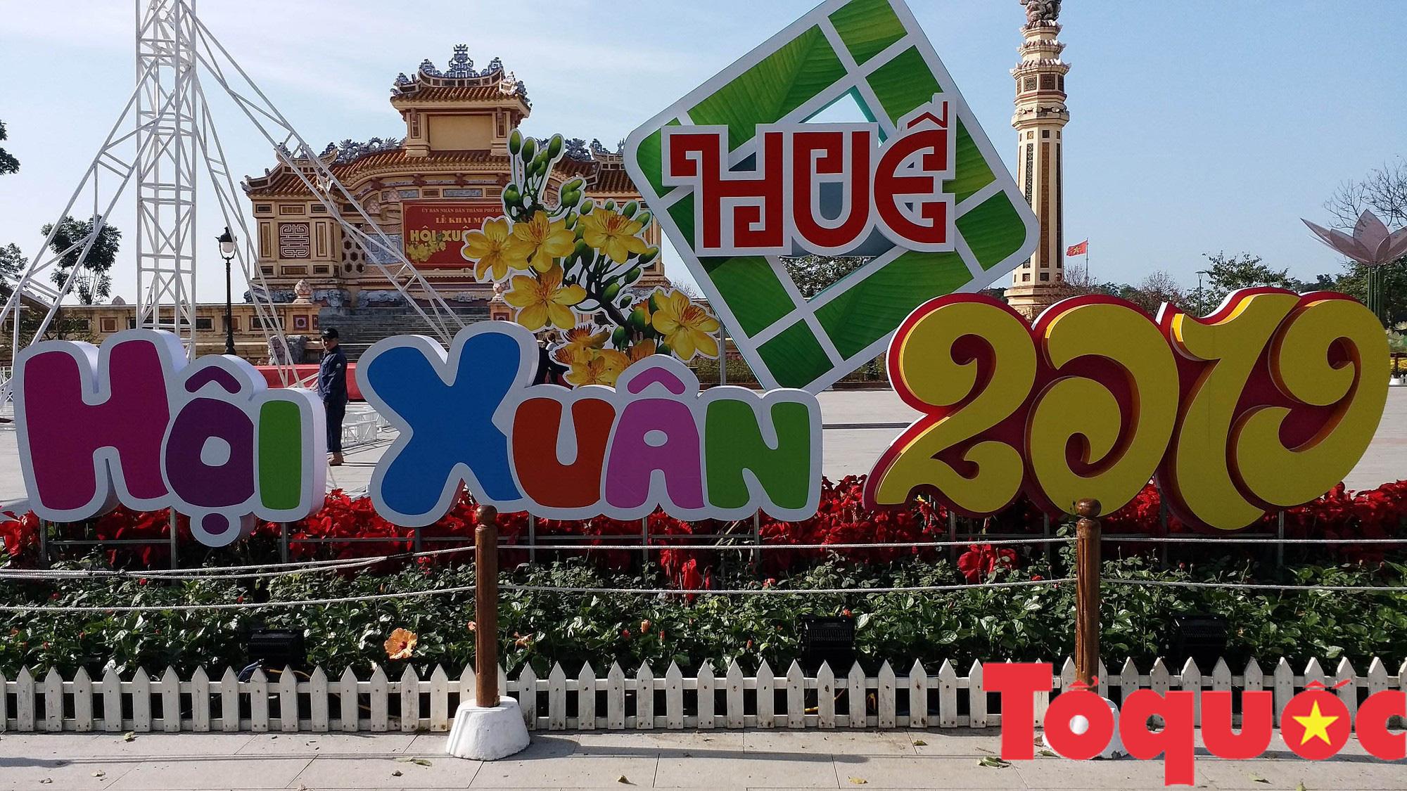 Người dân và du khách tại Huế rộn ràng xuống phố đón Xuân Kỷ Hợi - Ảnh 1.