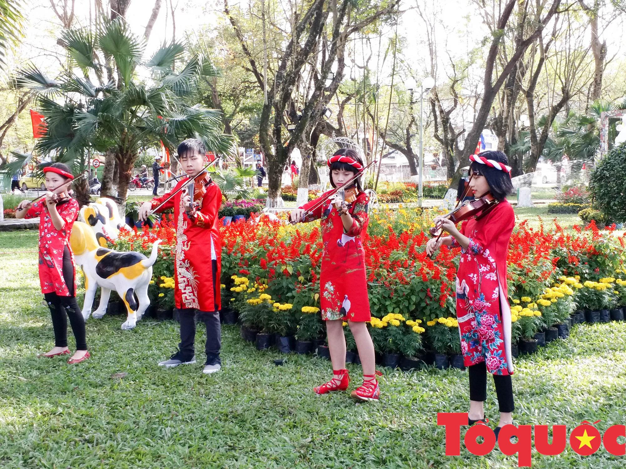Người dân và du khách tại Huế rộn ràng xuống phố đón Xuân Kỷ Hợi - Ảnh 11.