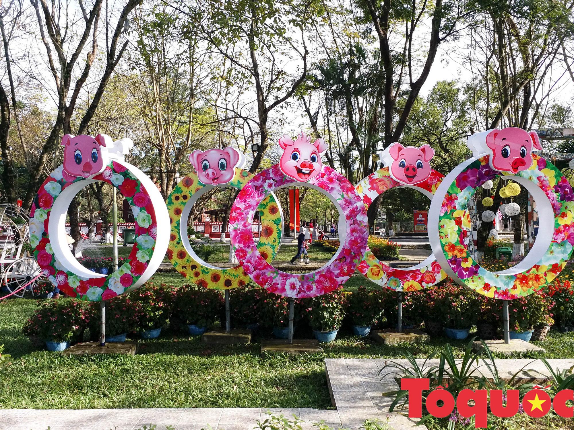 Người dân và du khách tại Huế rộn ràng xuống phố đón Xuân Kỷ Hợi - Ảnh 6.