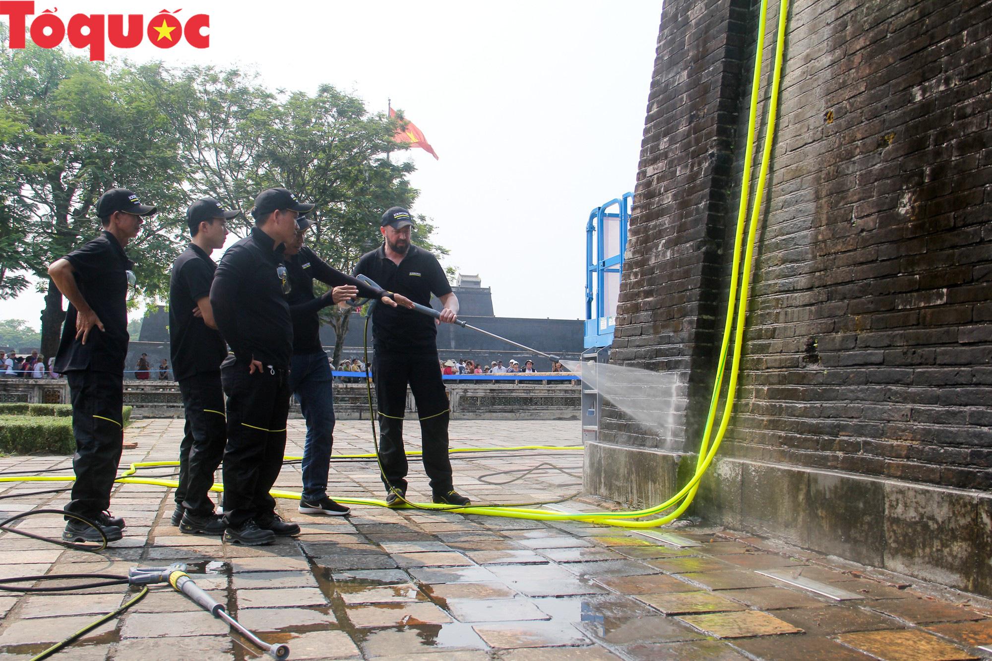 Xem chuyên gia làm sạch cổng Ngọ Môn Huế như đã thực hiện với tượng Chúa Cứu Thế tại Rio De Janeiro - Ảnh 4.