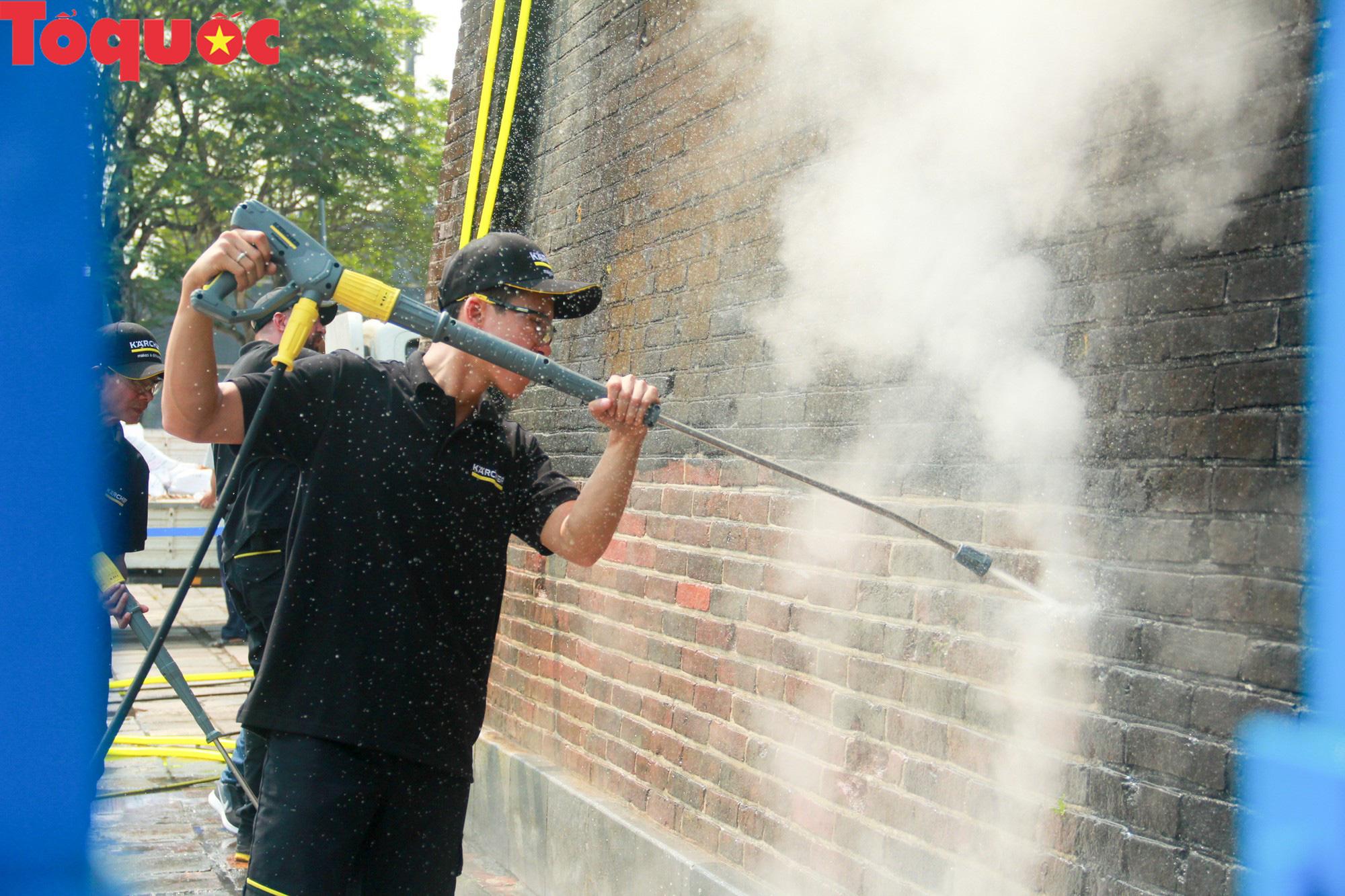 Xem chuyên gia làm sạch cổng Ngọ Môn Huế như đã thực hiện với tượng Chúa Cứu Thế tại Rio De Janeiro - Ảnh 11.