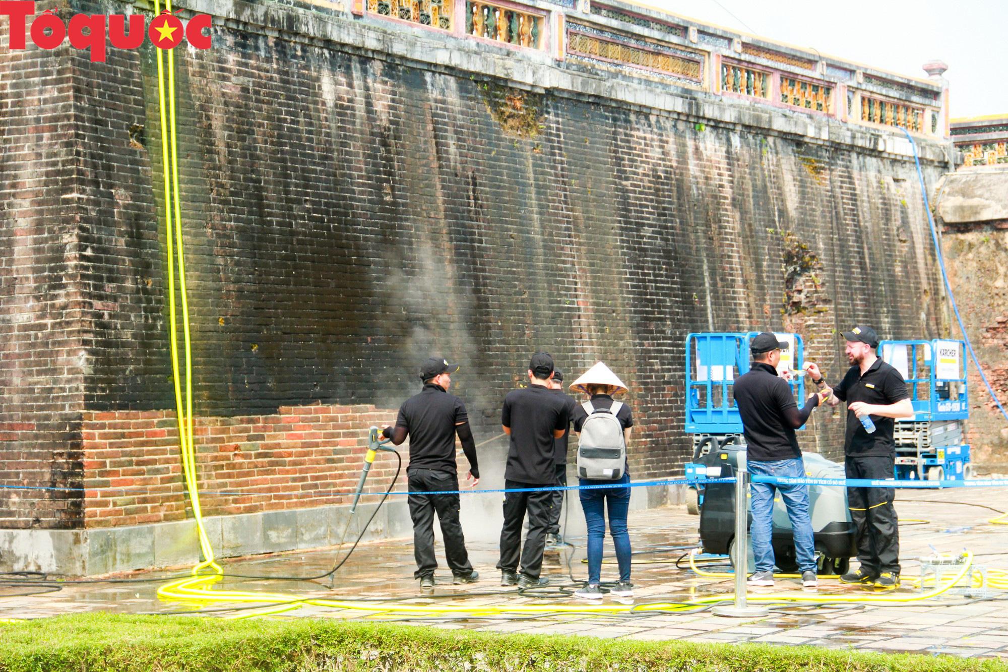 Xem chuyên gia làm sạch cổng Ngọ Môn Huế như đã thực hiện với tượng Chúa Cứu Thế tại Rio De Janeiro - Ảnh 2.