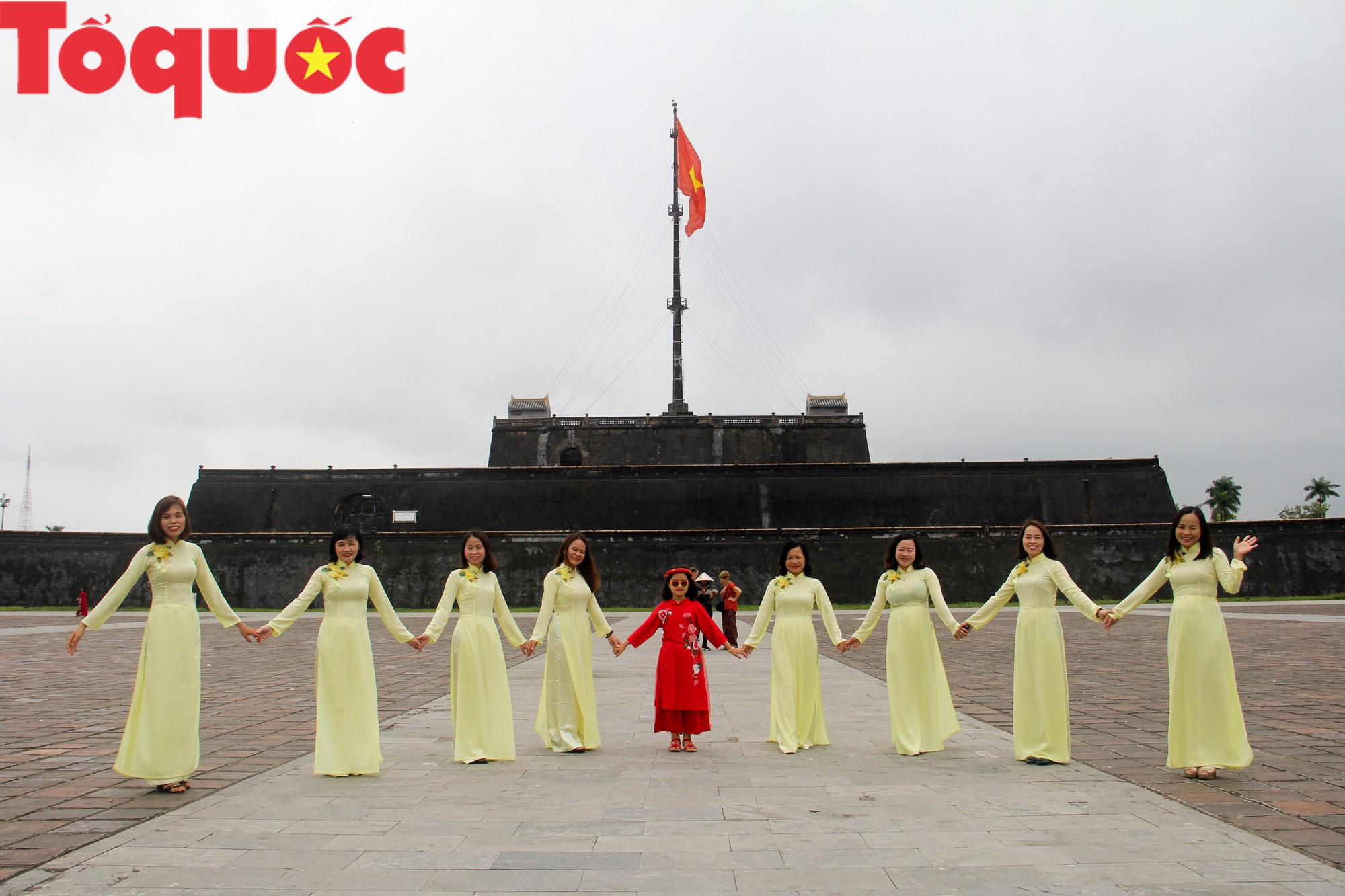 Ấn tượng hình ảnh hàng trăm tà áo dài thướt tha trong Đại Nội Huế ngày 8/3 - Ảnh 3.