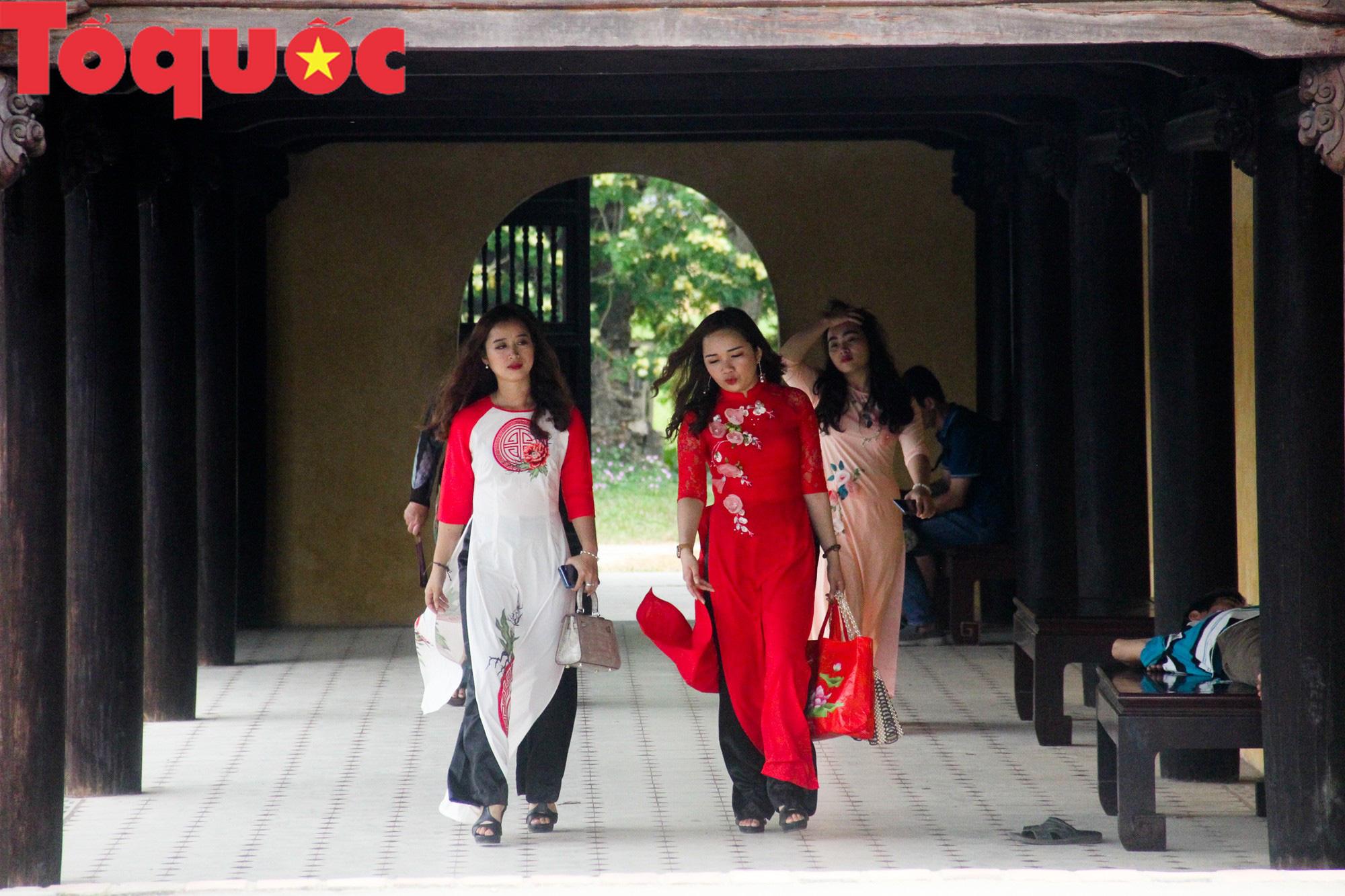 Ấn tượng hình ảnh hàng trăm tà áo dài thướt tha trong Đại Nội Huế ngày 8/3 - Ảnh 8.