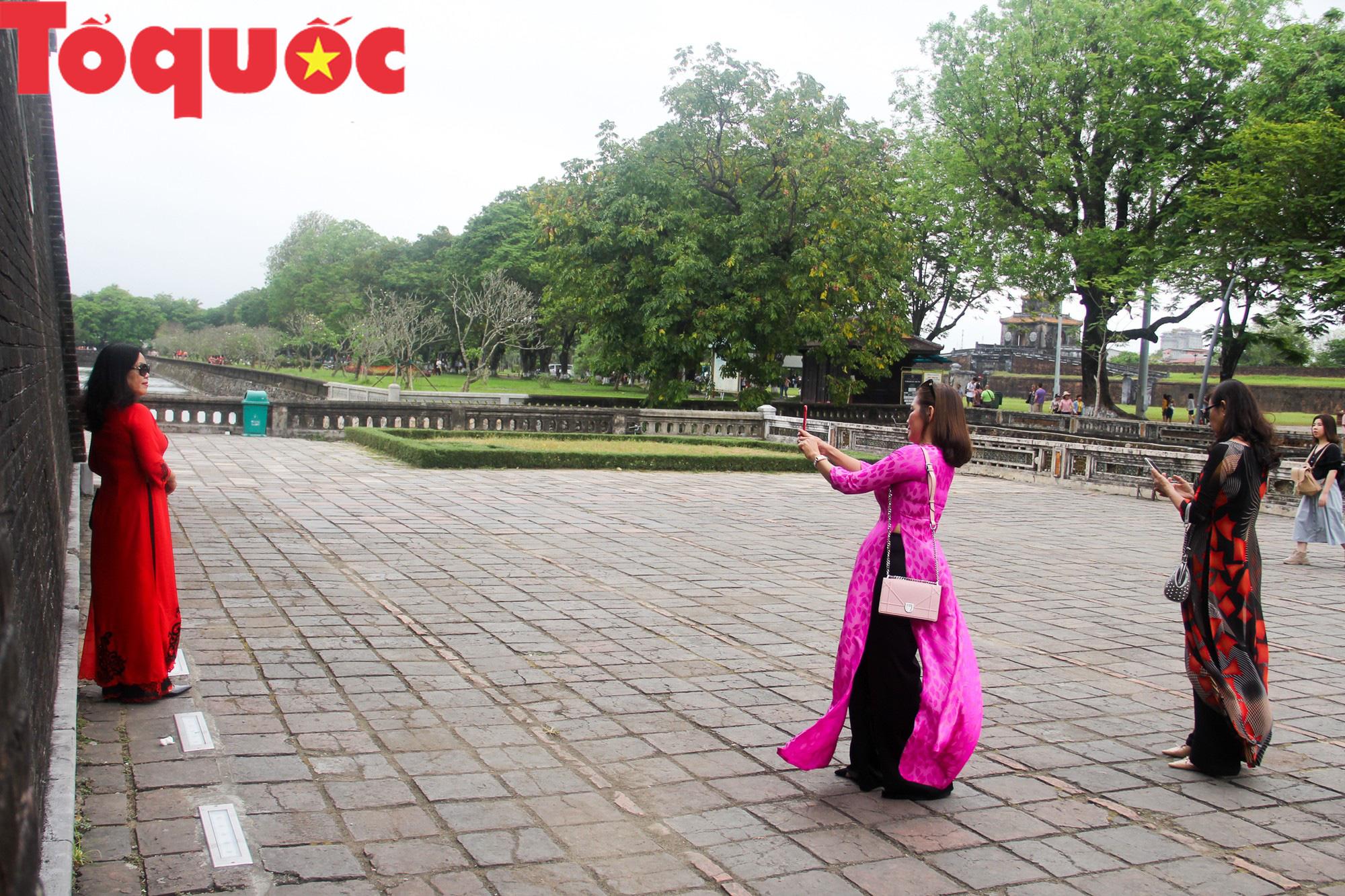 Ấn tượng hình ảnh hàng trăm tà áo dài thướt tha trong Đại Nội Huế ngày 8/3 - Ảnh 15.