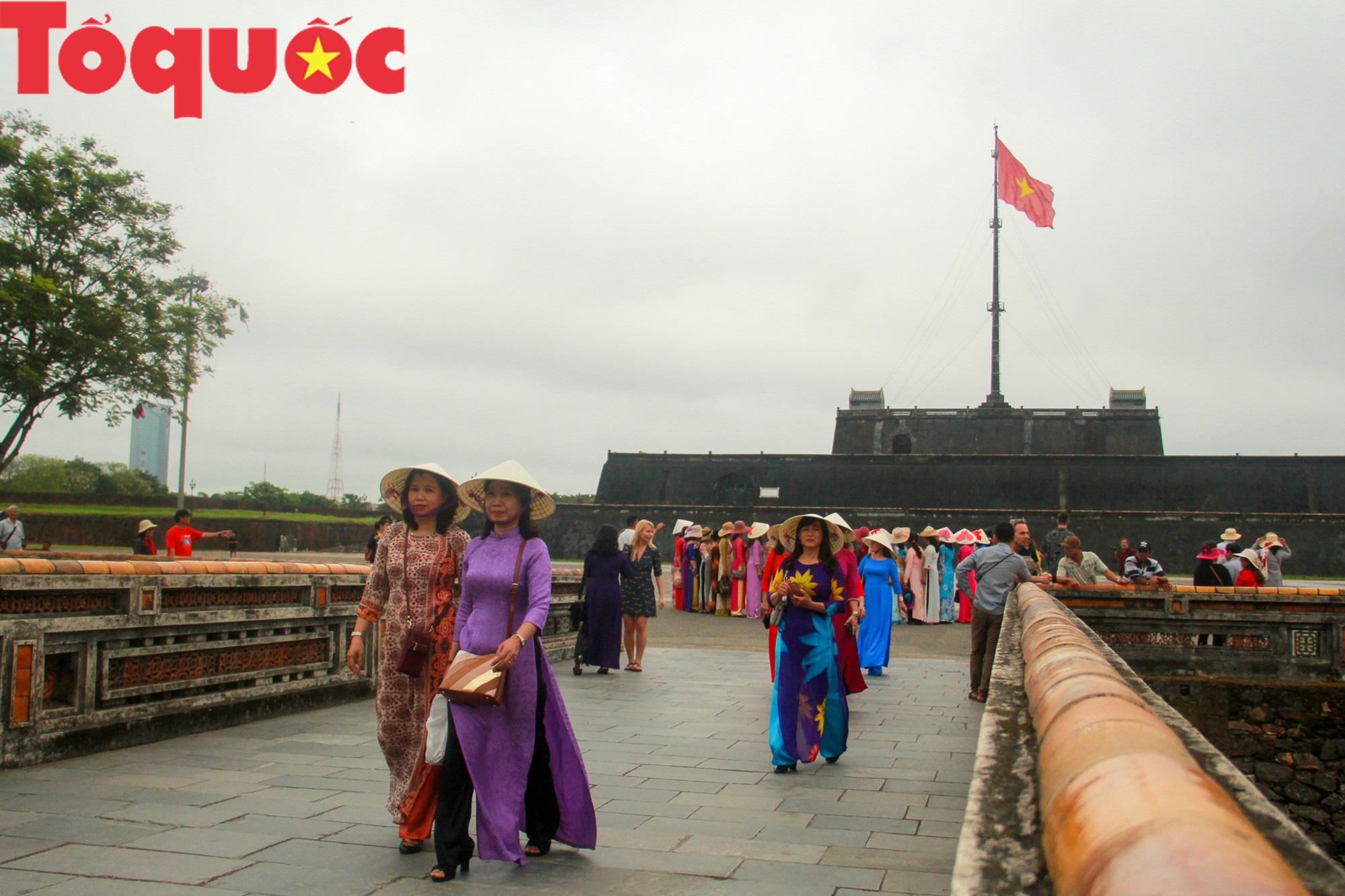 Ấn tượng hình ảnh hàng trăm tà áo dài thướt tha trong Đại Nội Huế ngày 8/3 - Ảnh 1.