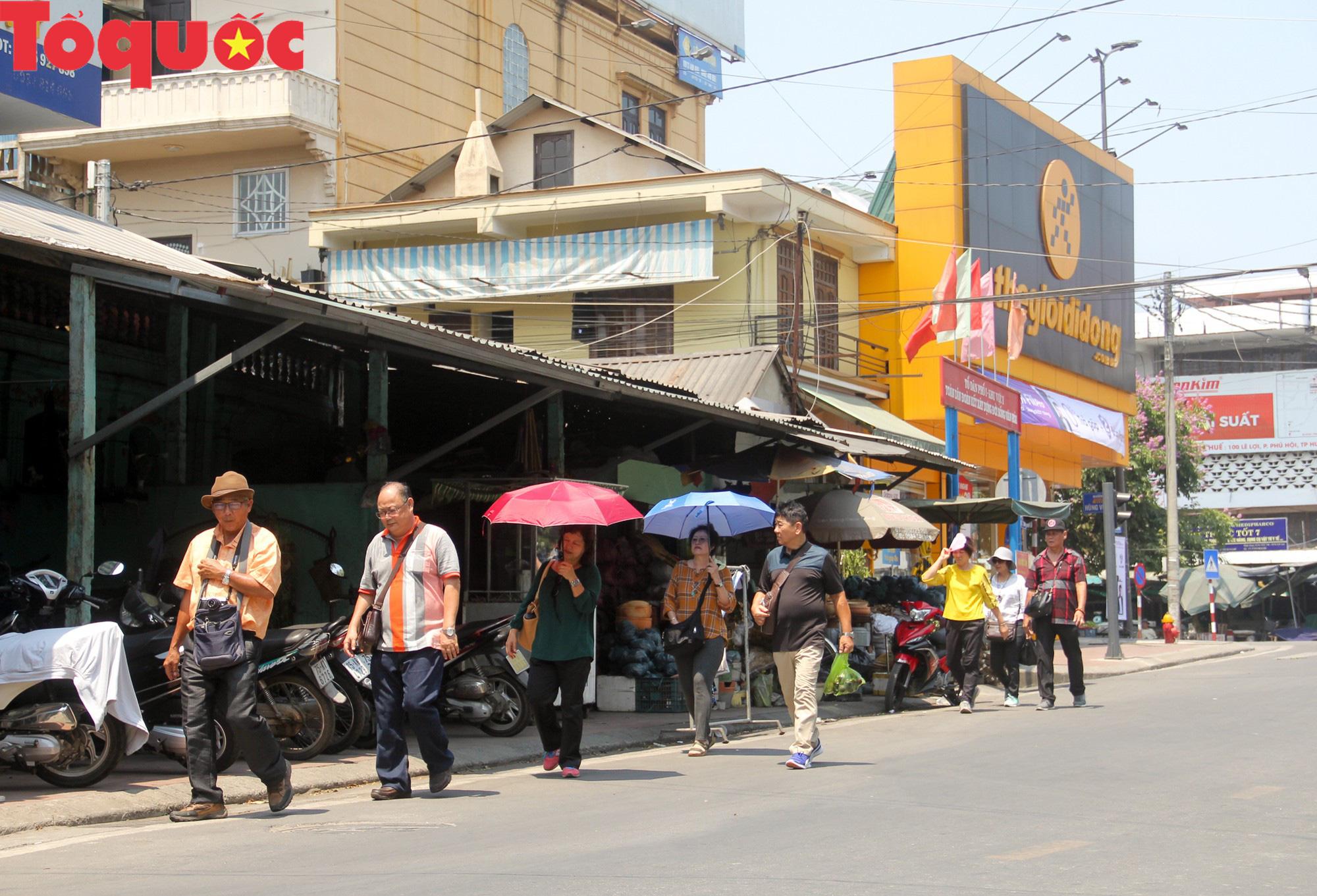 Du khách thích thú, người dân chật vật đối phó nắng nóng đầu hè ở Huế - Ảnh 14.