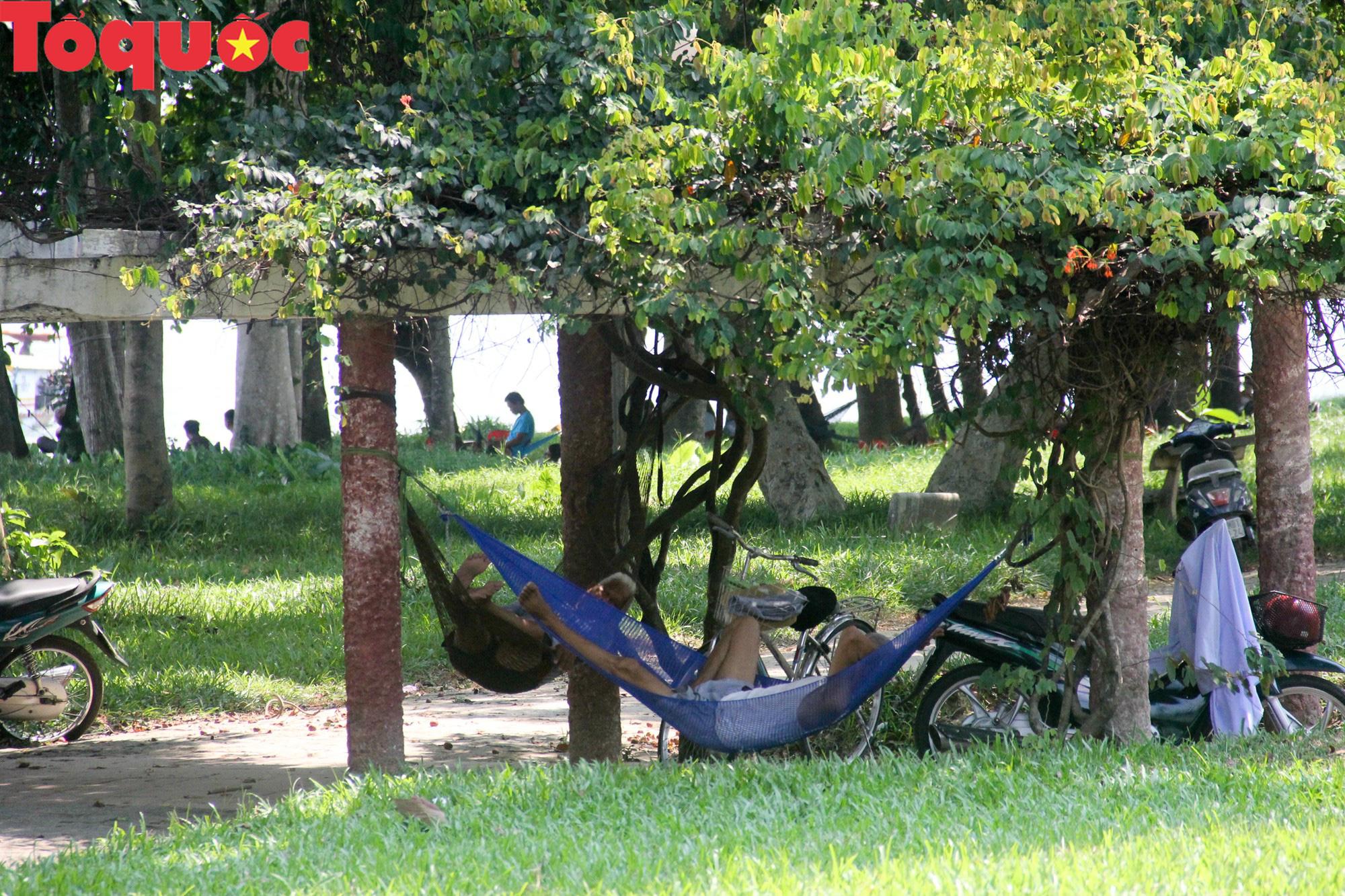 Du khách thích thú, người dân chật vật đối phó nắng nóng đầu hè ở Huế - Ảnh 11.