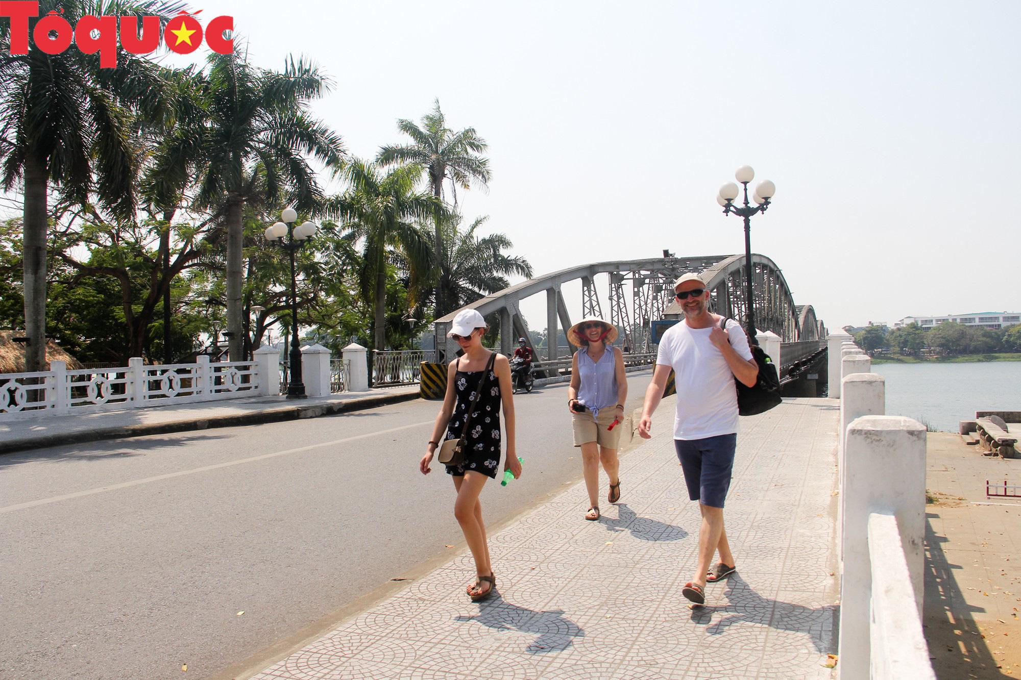 Du khách thích thú, người dân chật vật đối phó nắng nóng đầu hè ở Huế - Ảnh 13.