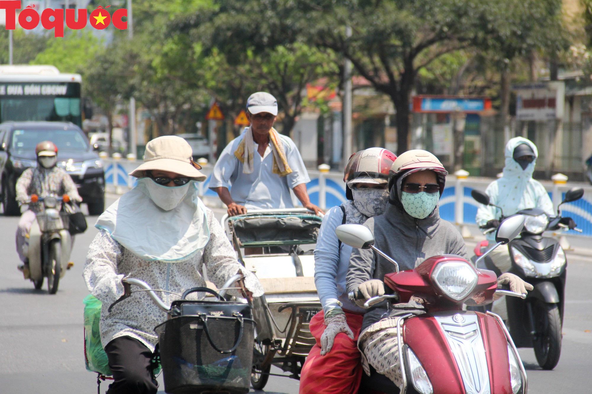 Du khách thích thú, người dân chật vật đối phó nắng nóng đầu hè ở Huế - Ảnh 3.