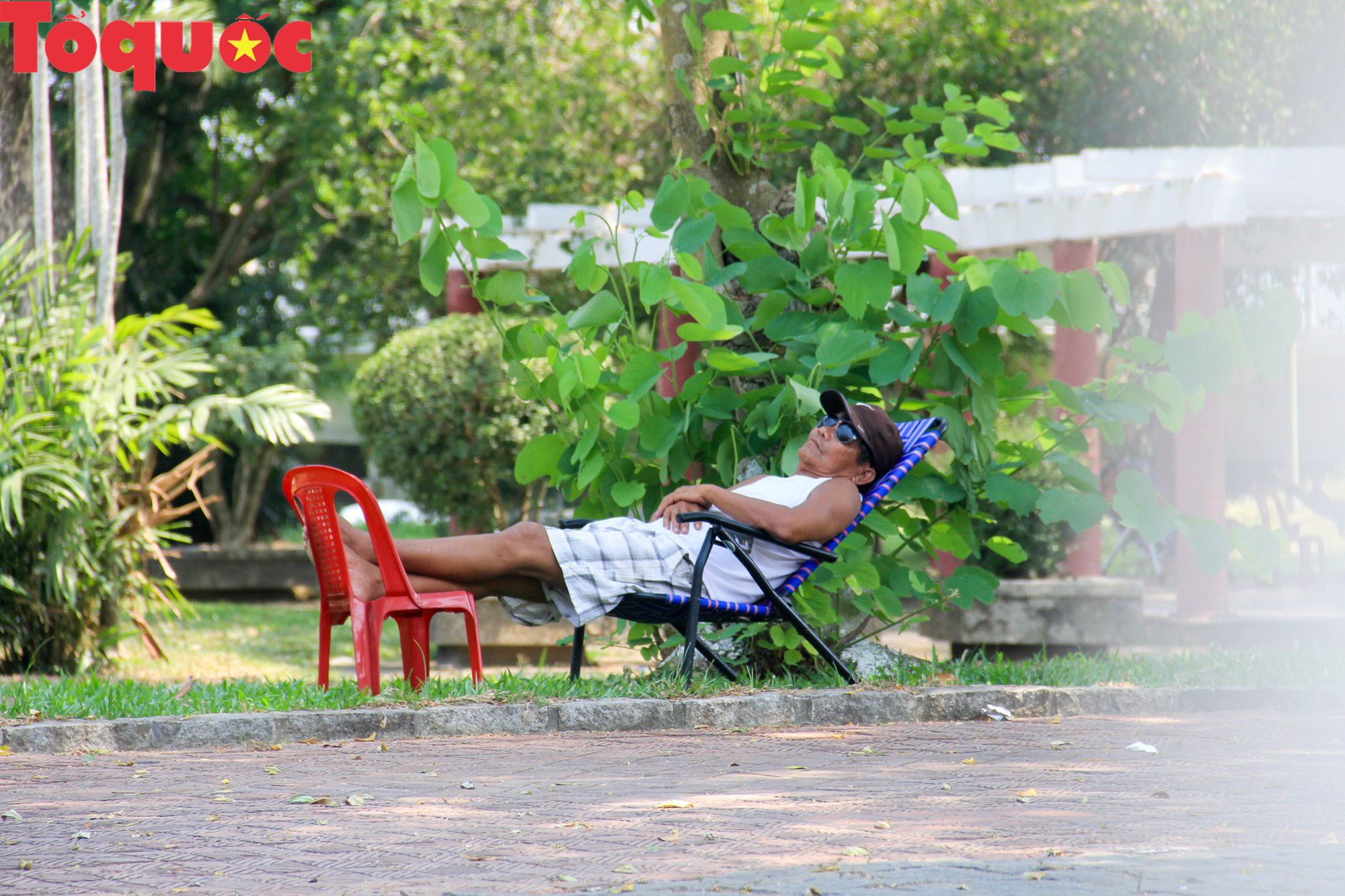 Du khách thích thú, người dân chật vật đối phó nắng nóng đầu hè ở Huế - Ảnh 12.