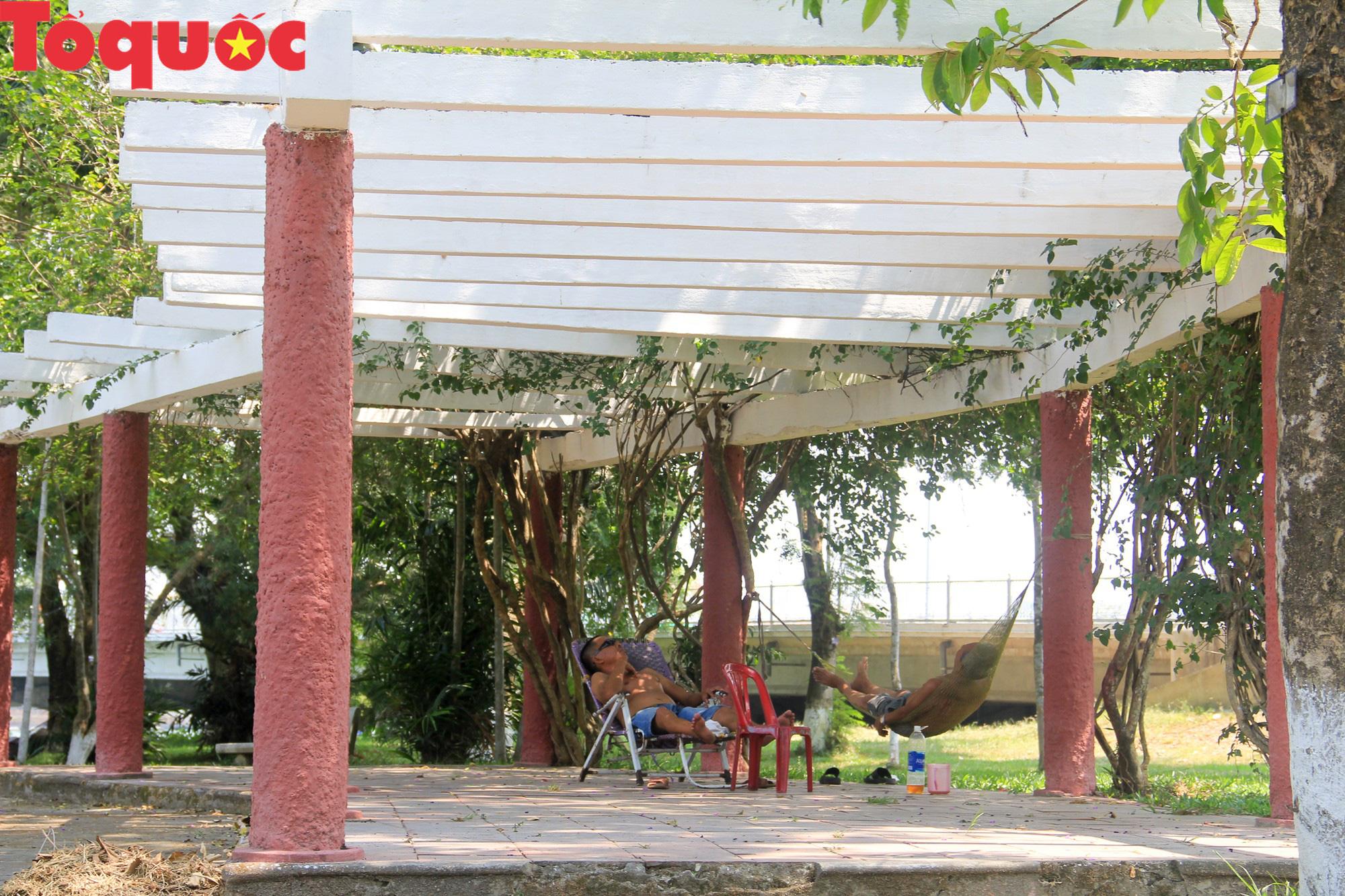Du khách thích thú, người dân chật vật đối phó nắng nóng đầu hè ở Huế - Ảnh 8.