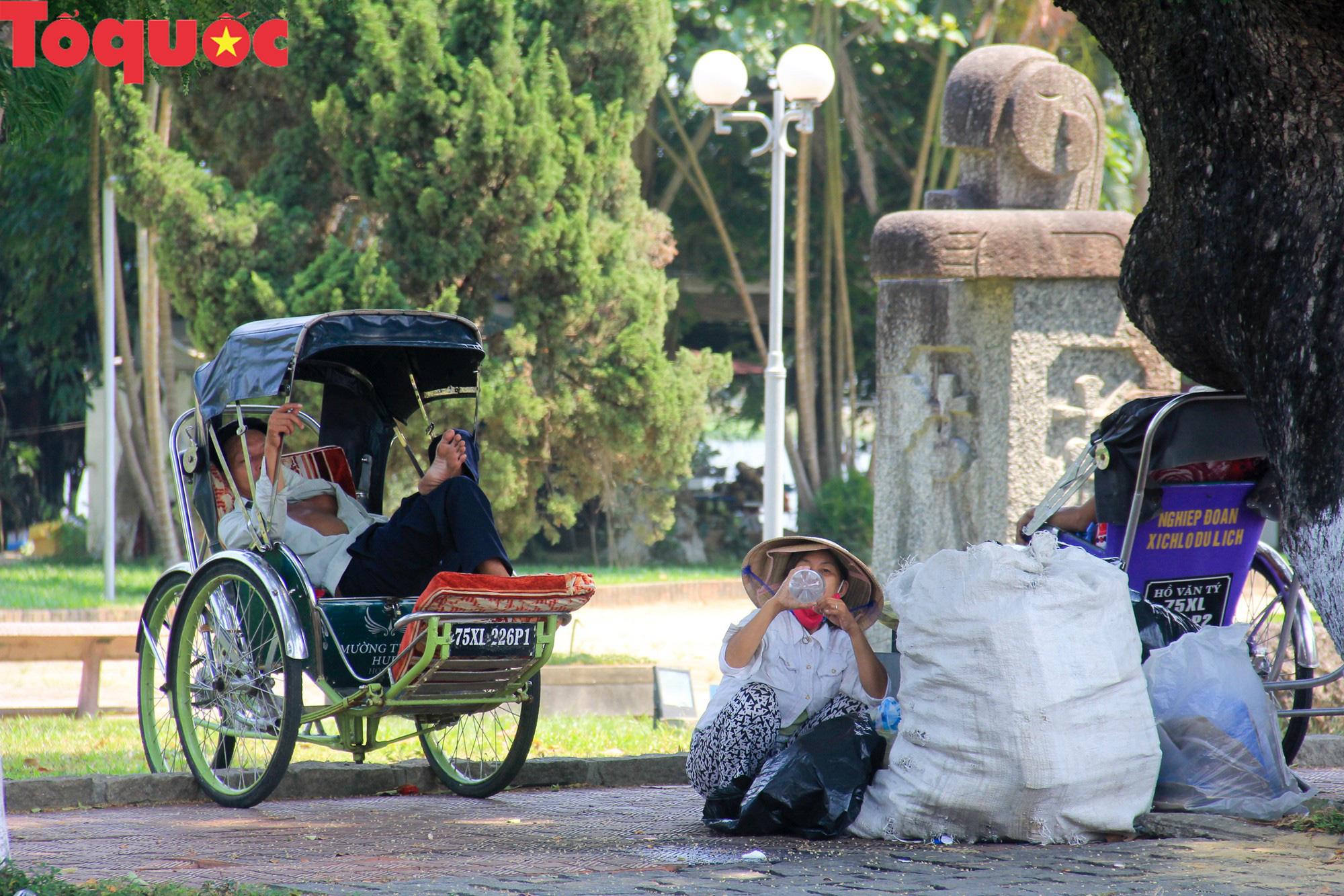 Du khách thích thú, người dân chật vật đối phó nắng nóng đầu hè ở Huế - Ảnh 6.