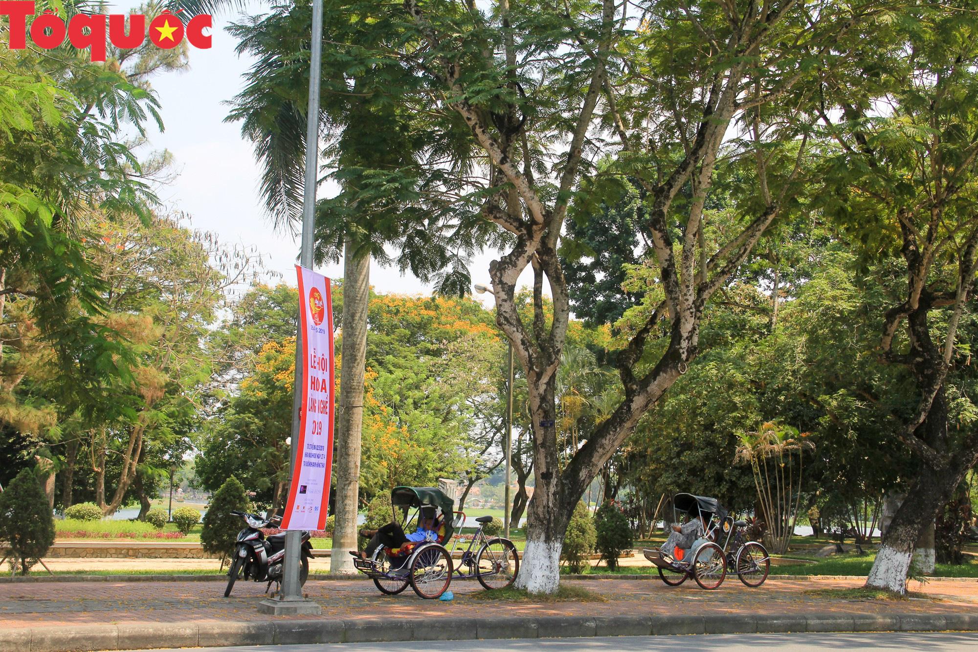 Du khách thích thú, người dân chật vật đối phó nắng nóng đầu hè ở Huế - Ảnh 7.