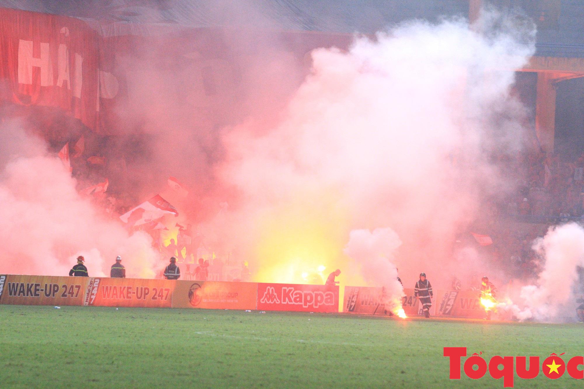 Vấn nạn pháo sáng: Kiên quyết mạnh tay để bóng đá Việt Nam không phải là điểm đen - Ảnh 1.