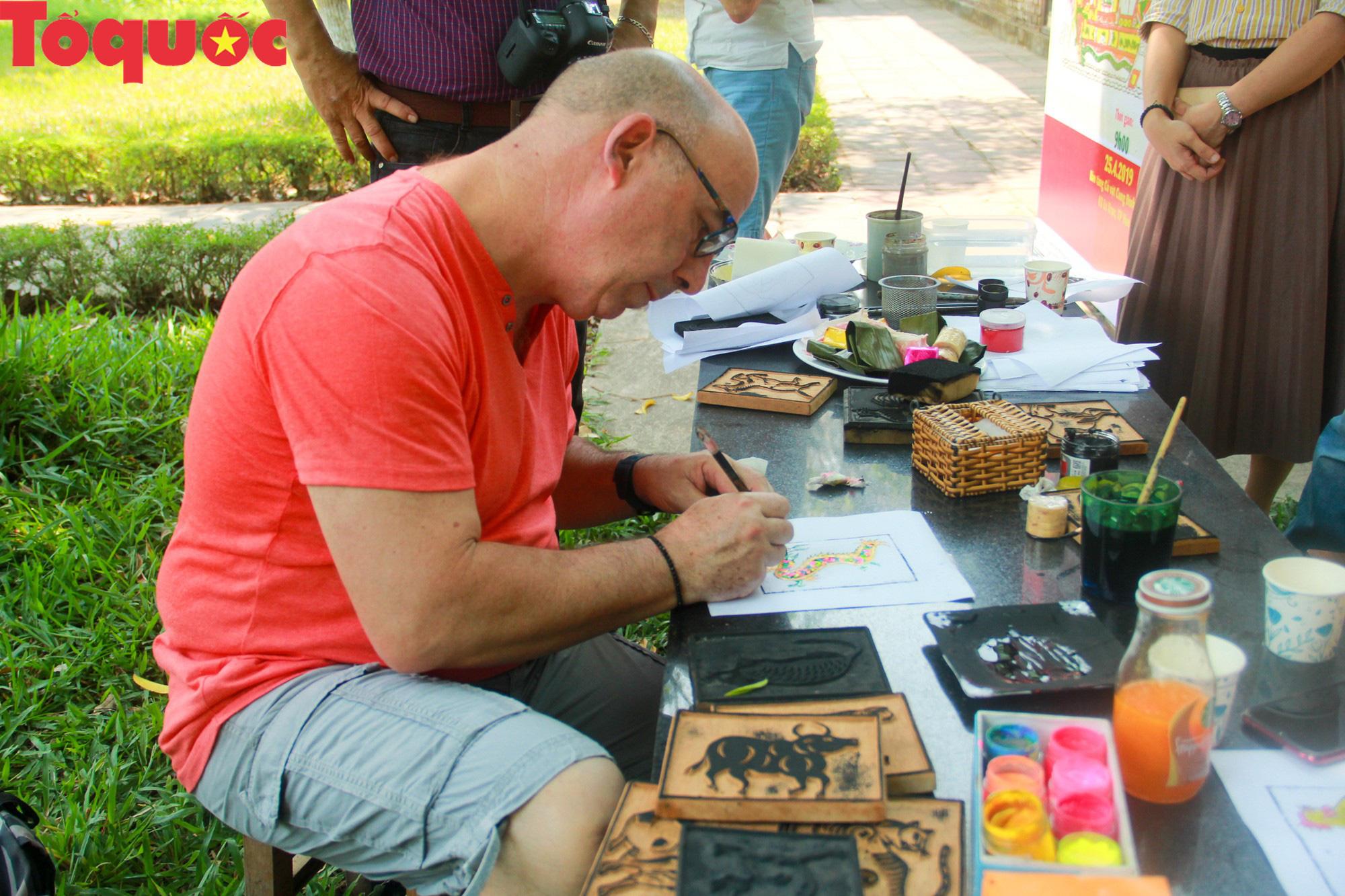Du khách nước ngoài thích thú trải nghiệm làm tranh làng Sình tại Huế - Ảnh 8.