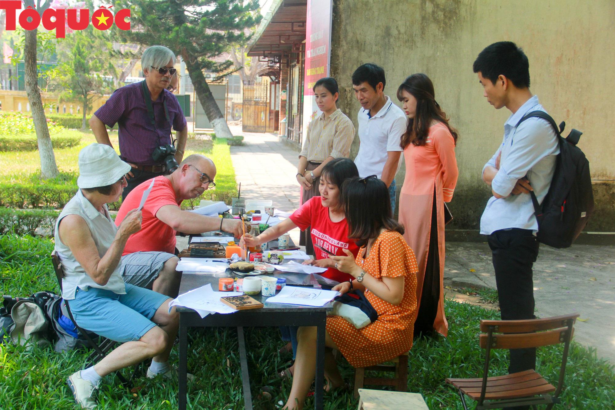 Du khách nước ngoài thích thú trải nghiệm làm tranh làng Sình tại Huế - Ảnh 7.