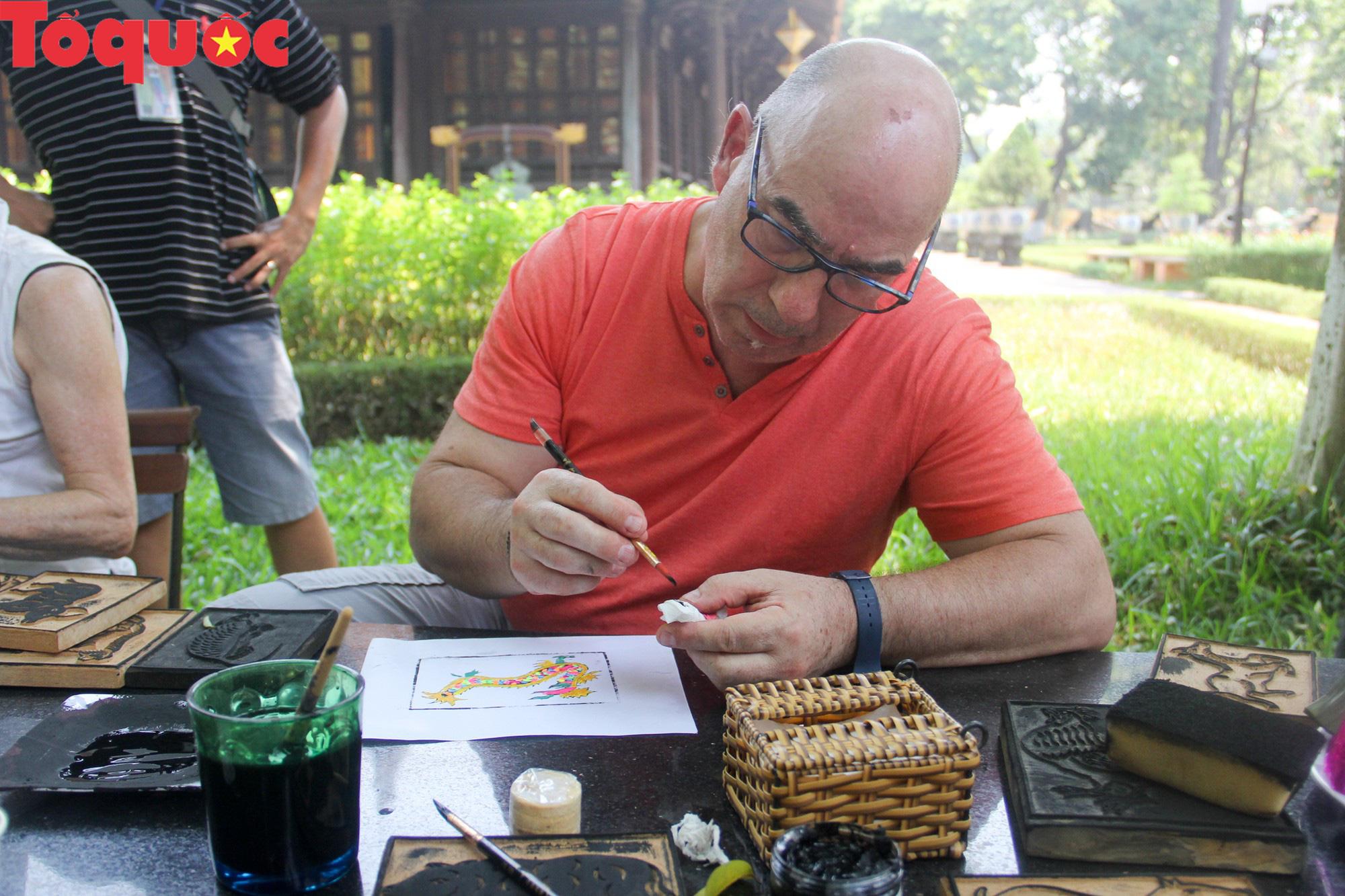 Du khách nước ngoài thích thú trải nghiệm làm tranh làng Sình tại Huế - Ảnh 9.