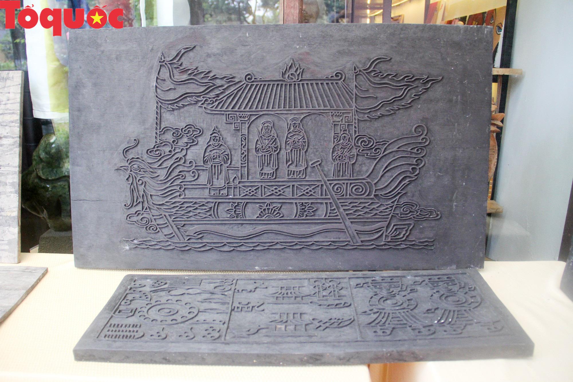 Du khách nước ngoài thích thú trải nghiệm làm tranh làng Sình tại Huế - Ảnh 2.