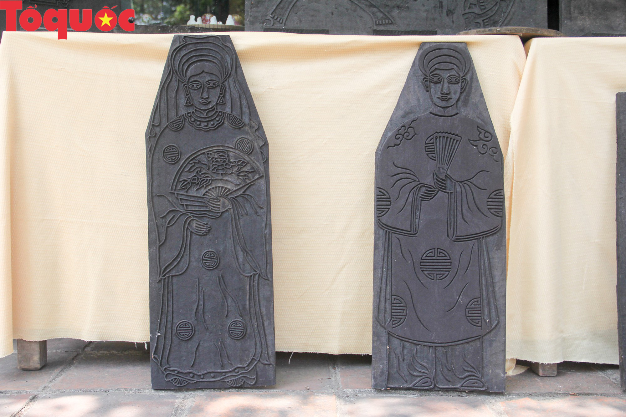 Du khách nước ngoài thích thú trải nghiệm làm tranh làng Sình tại Huế - Ảnh 3.