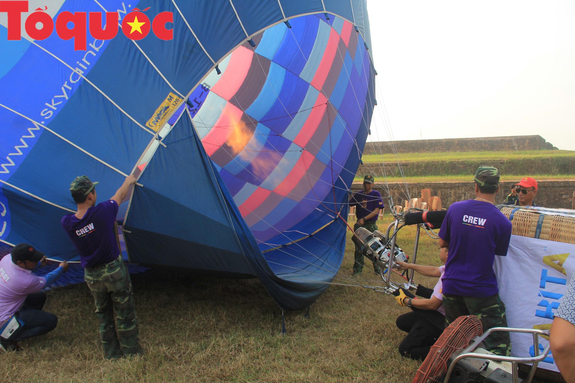 Du khách thích thú ngắm những quả bóng bay khổng lồ trên bầu trời Cố đô Huế - Ảnh 8.