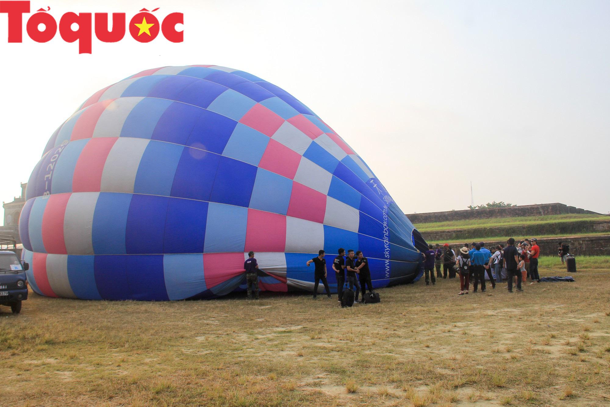 Du khách thích thú ngắm những quả bóng bay khổng lồ trên bầu trời Cố đô Huế - Ảnh 2.