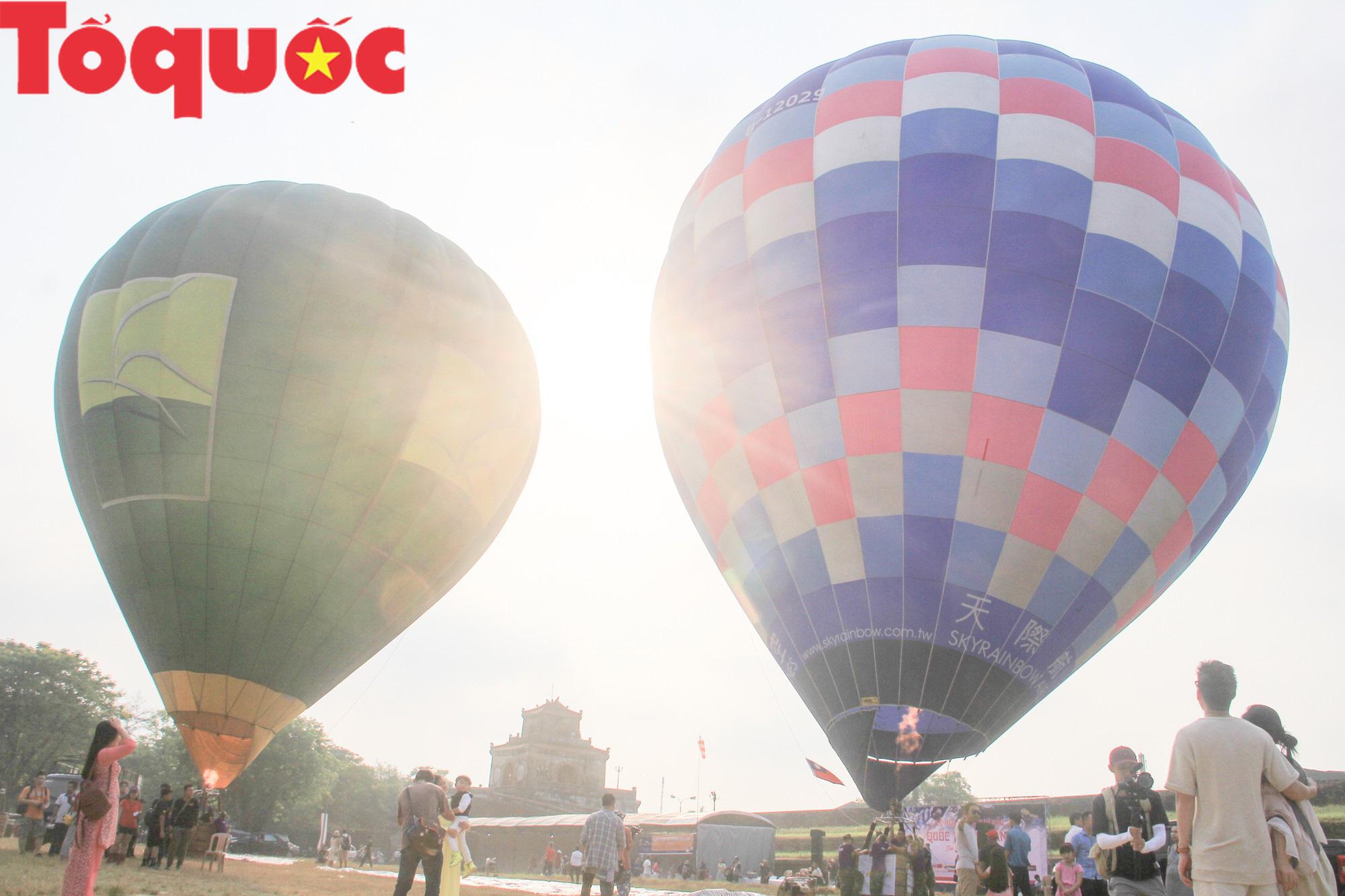Du khách thích thú ngắm những quả bóng bay khổng lồ trên bầu trời Cố đô Huế - Ảnh 9.