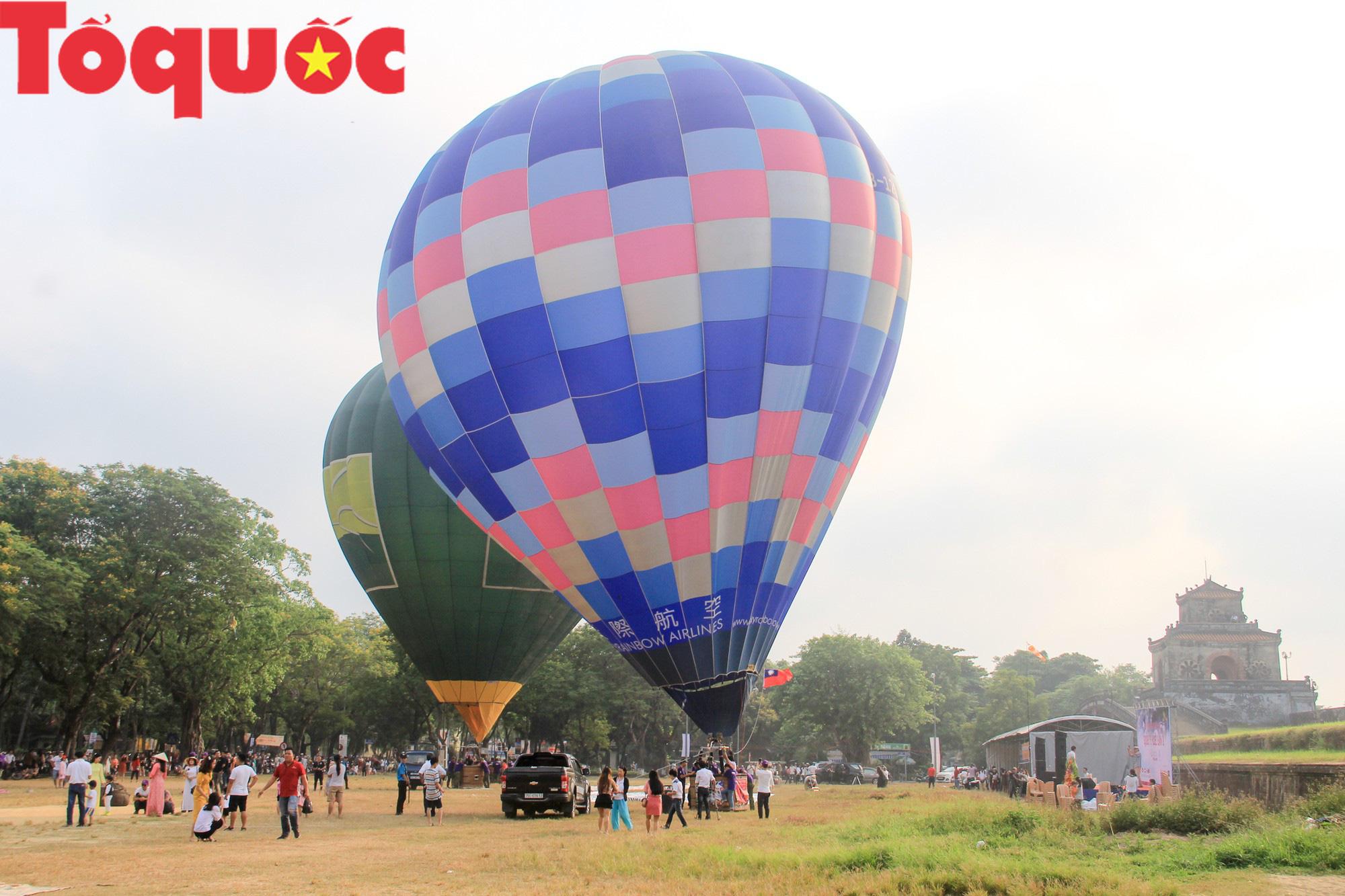 Du khách thích thú ngắm những quả bóng bay khổng lồ trên bầu trời Cố đô Huế - Ảnh 1.