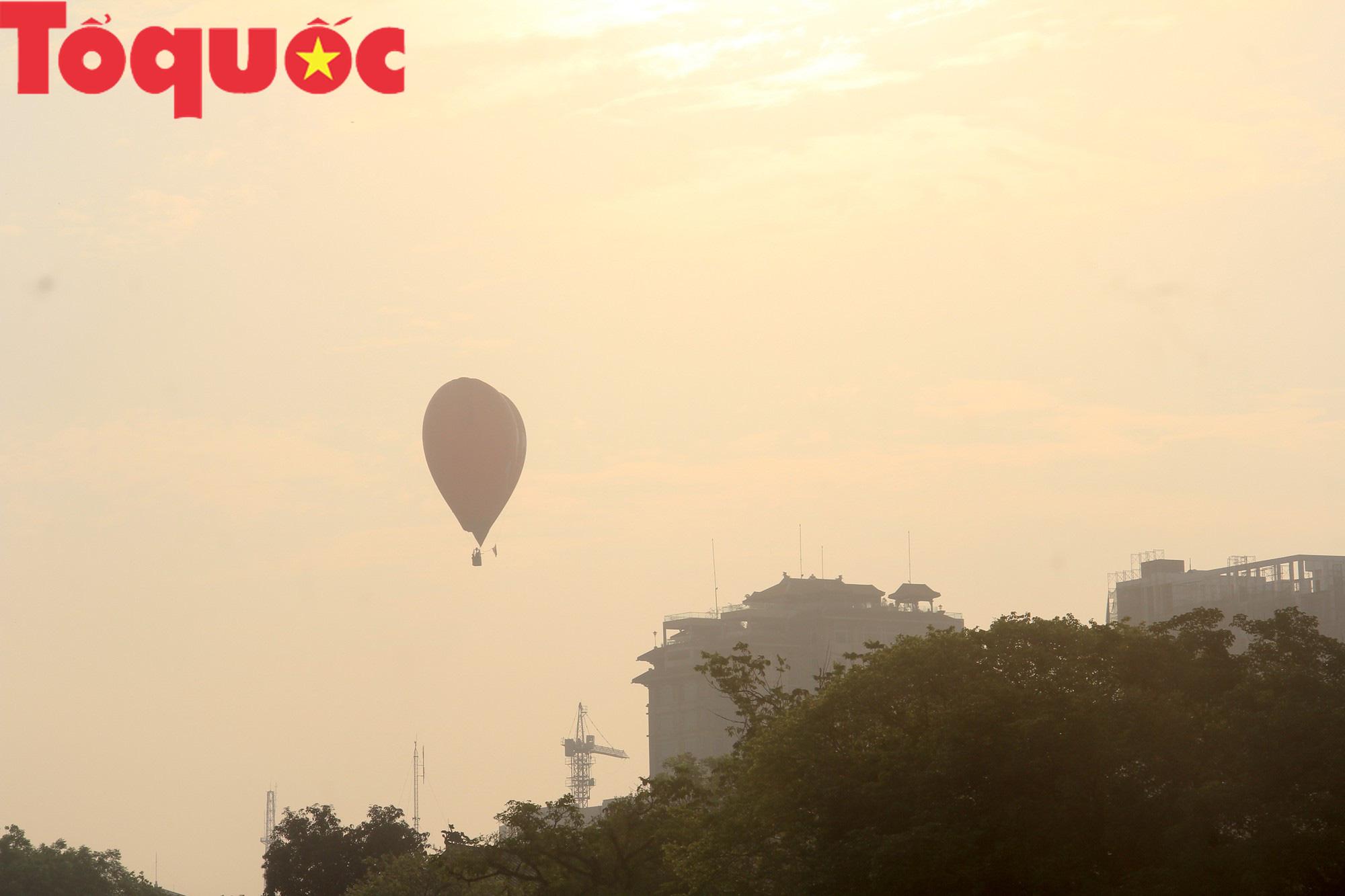 Du khách thích thú ngắm những quả bóng bay khổng lồ trên bầu trời Cố đô Huế - Ảnh 11.
