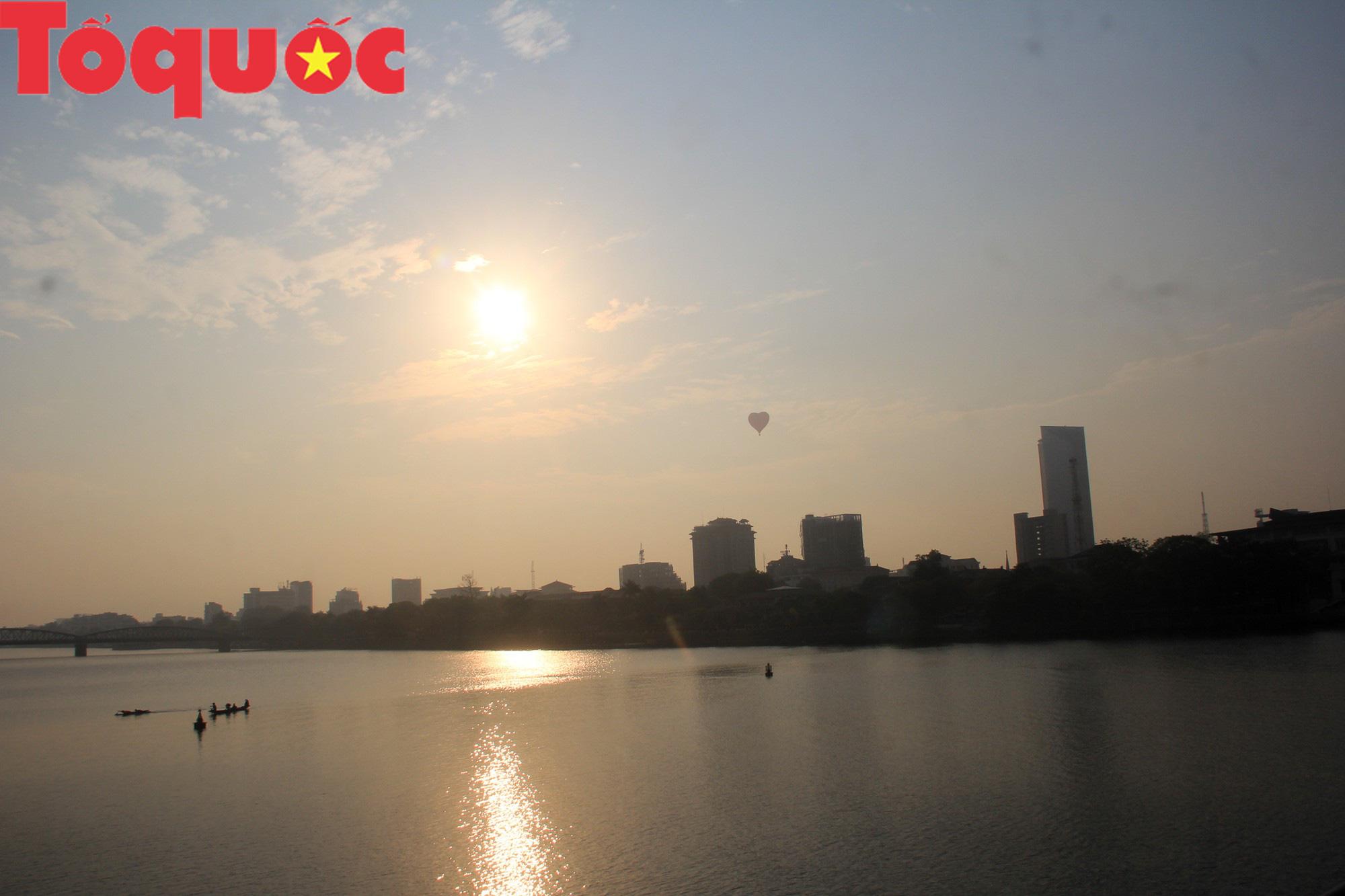 Du khách thích thú ngắm những quả bóng bay khổng lồ trên bầu trời Cố đô Huế - Ảnh 13.