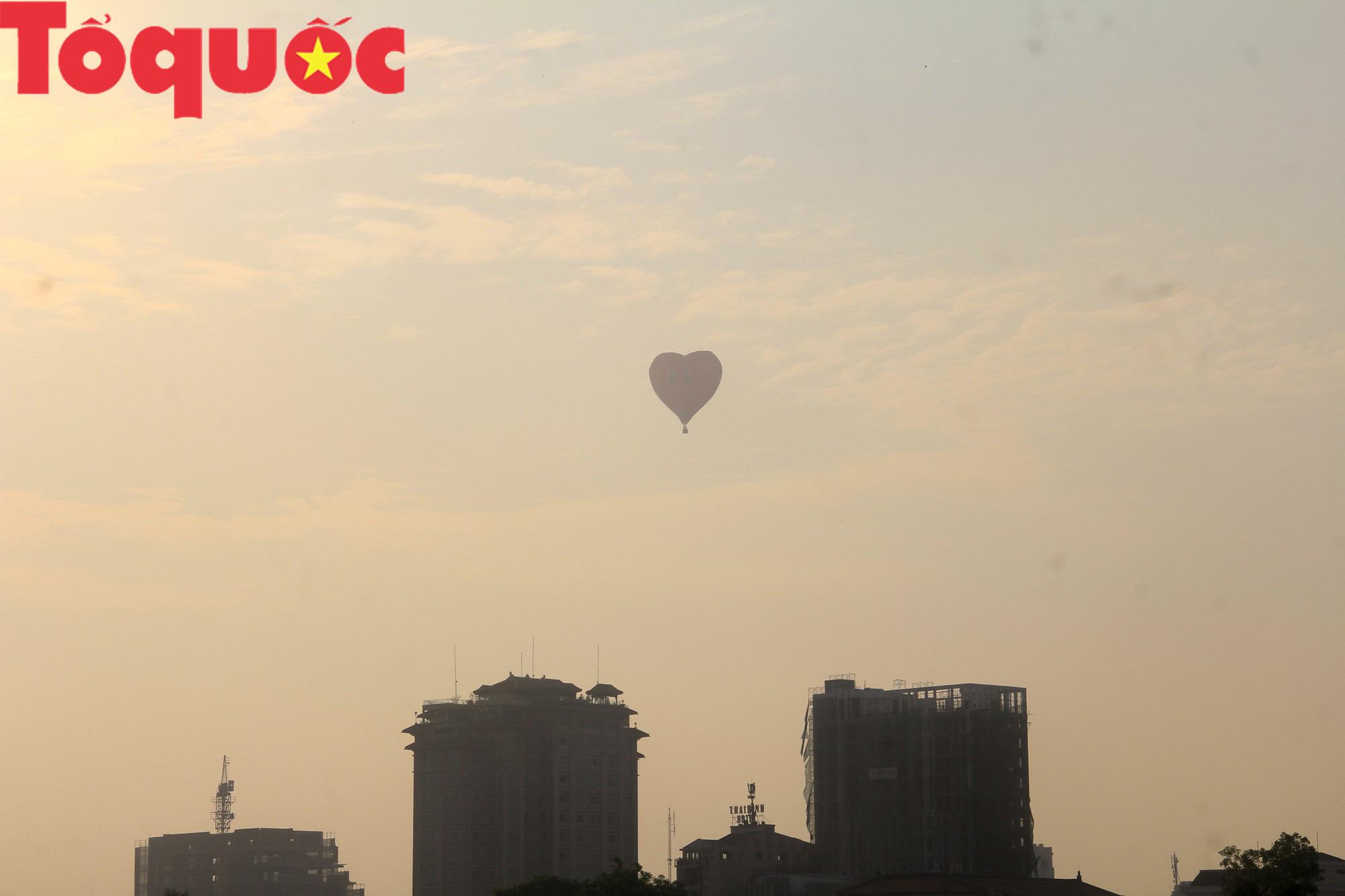 Du khách thích thú ngắm những quả bóng bay khổng lồ trên bầu trời Cố đô Huế - Ảnh 12.