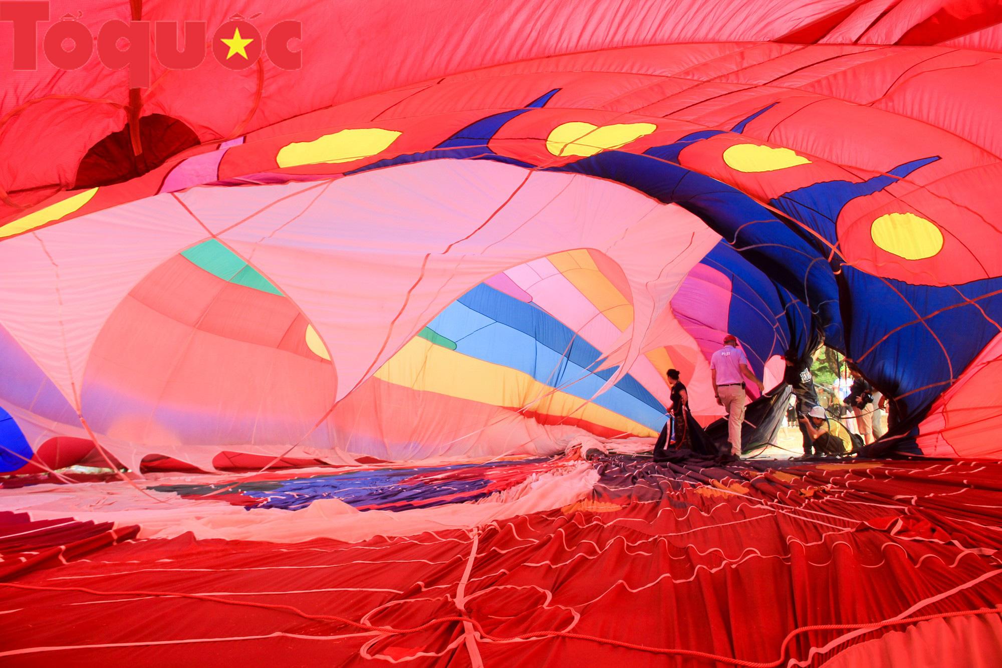 Du khách thích thú ngắm những quả bóng bay khổng lồ trên bầu trời Cố đô Huế - Ảnh 5.