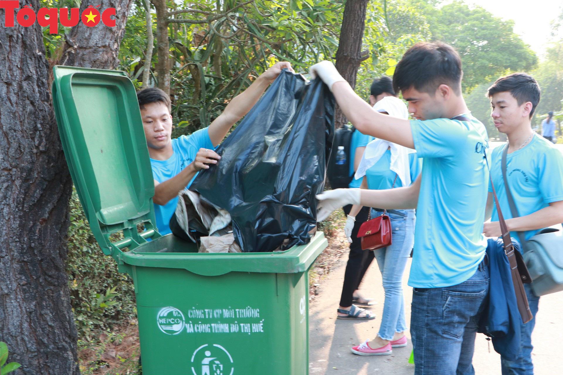 Phóng viên tại Huế nhặt rác làm sạch di tích, hưởng ứng Ngày chủ nhật xanh - Ảnh 7.