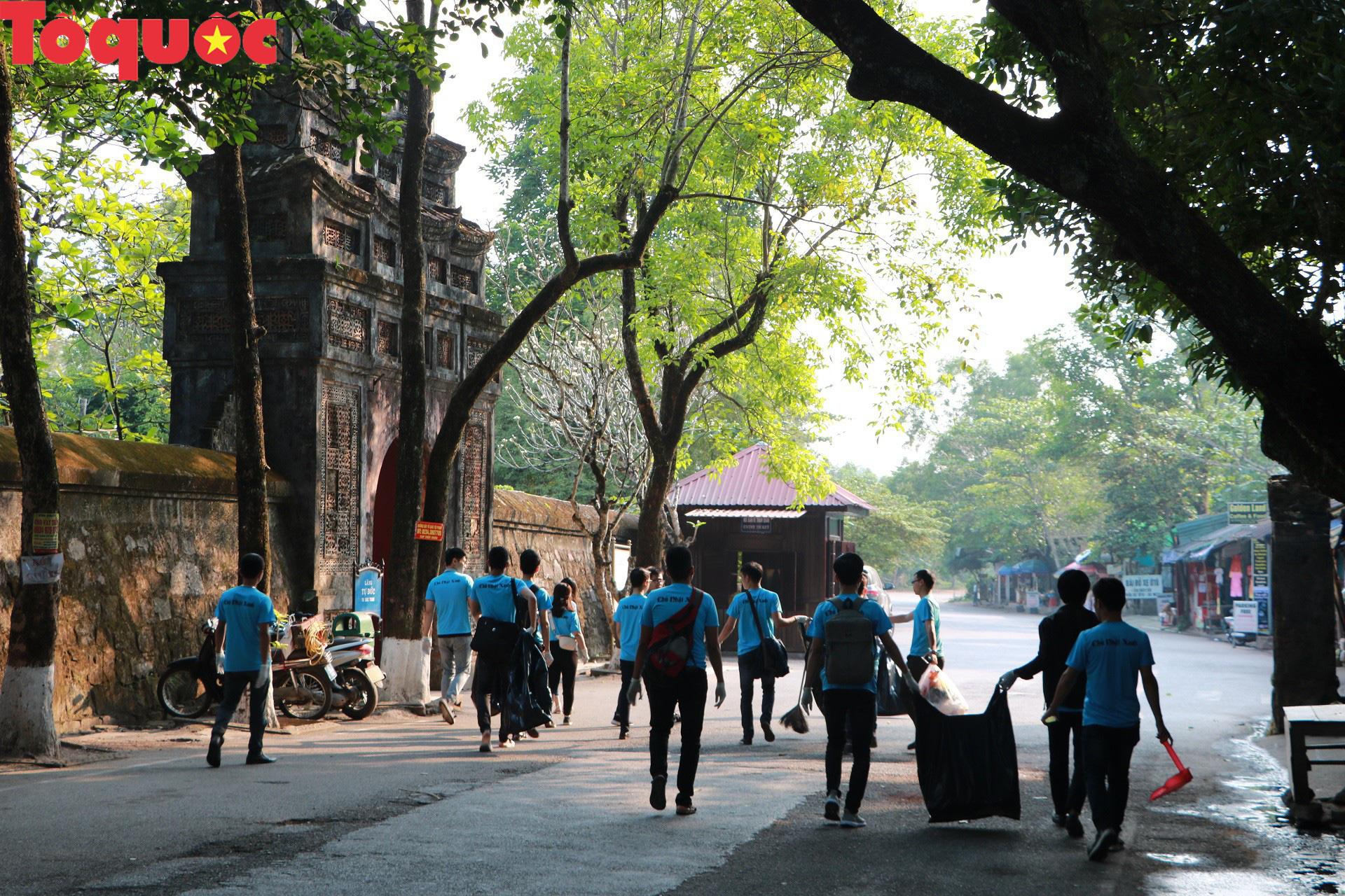 Phóng viên tại Huế nhặt rác làm sạch di tích, hưởng ứng Ngày chủ nhật xanh - Ảnh 2.