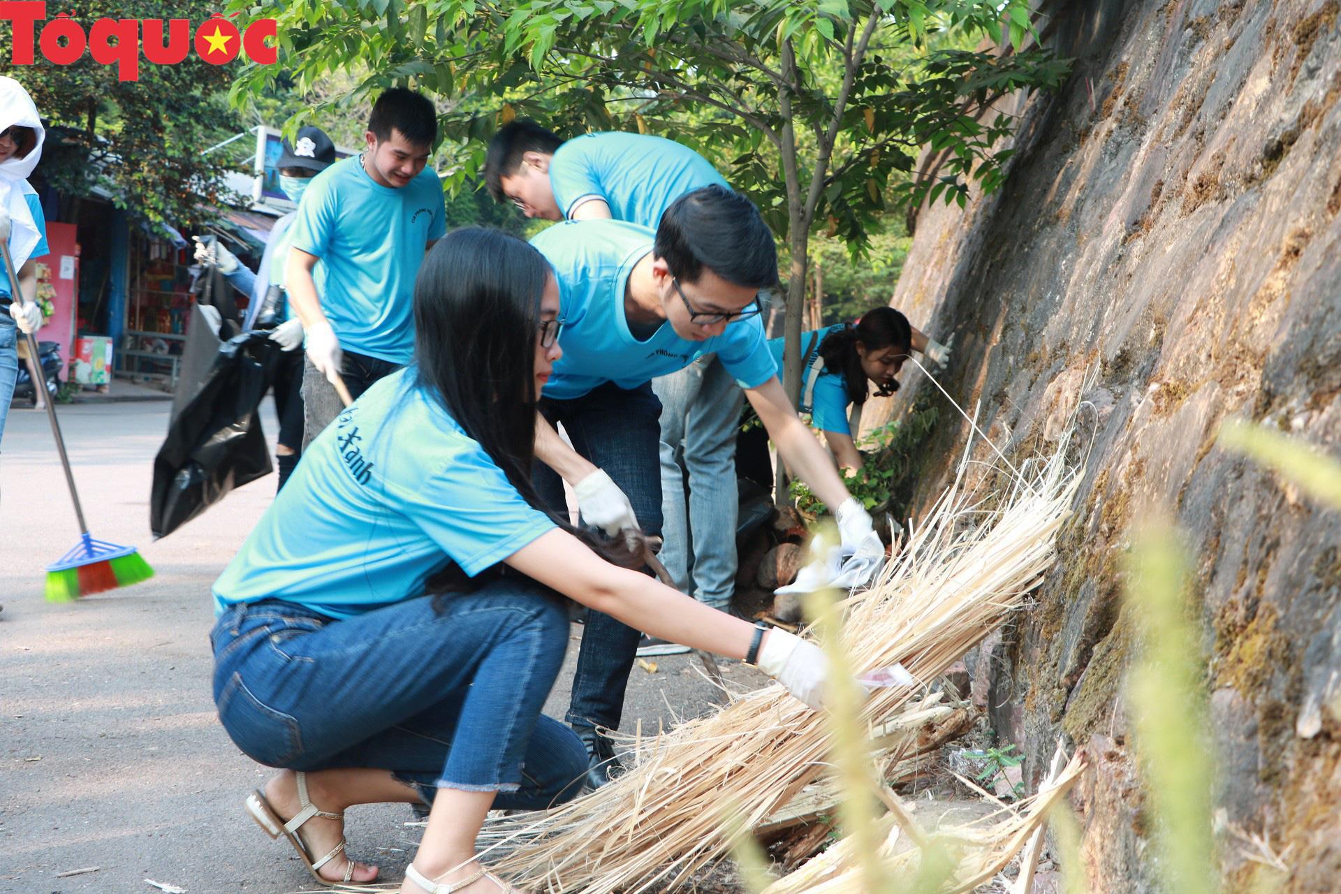 Phóng viên tại Huế nhặt rác làm sạch di tích, hưởng ứng Ngày chủ nhật xanh - Ảnh 1.