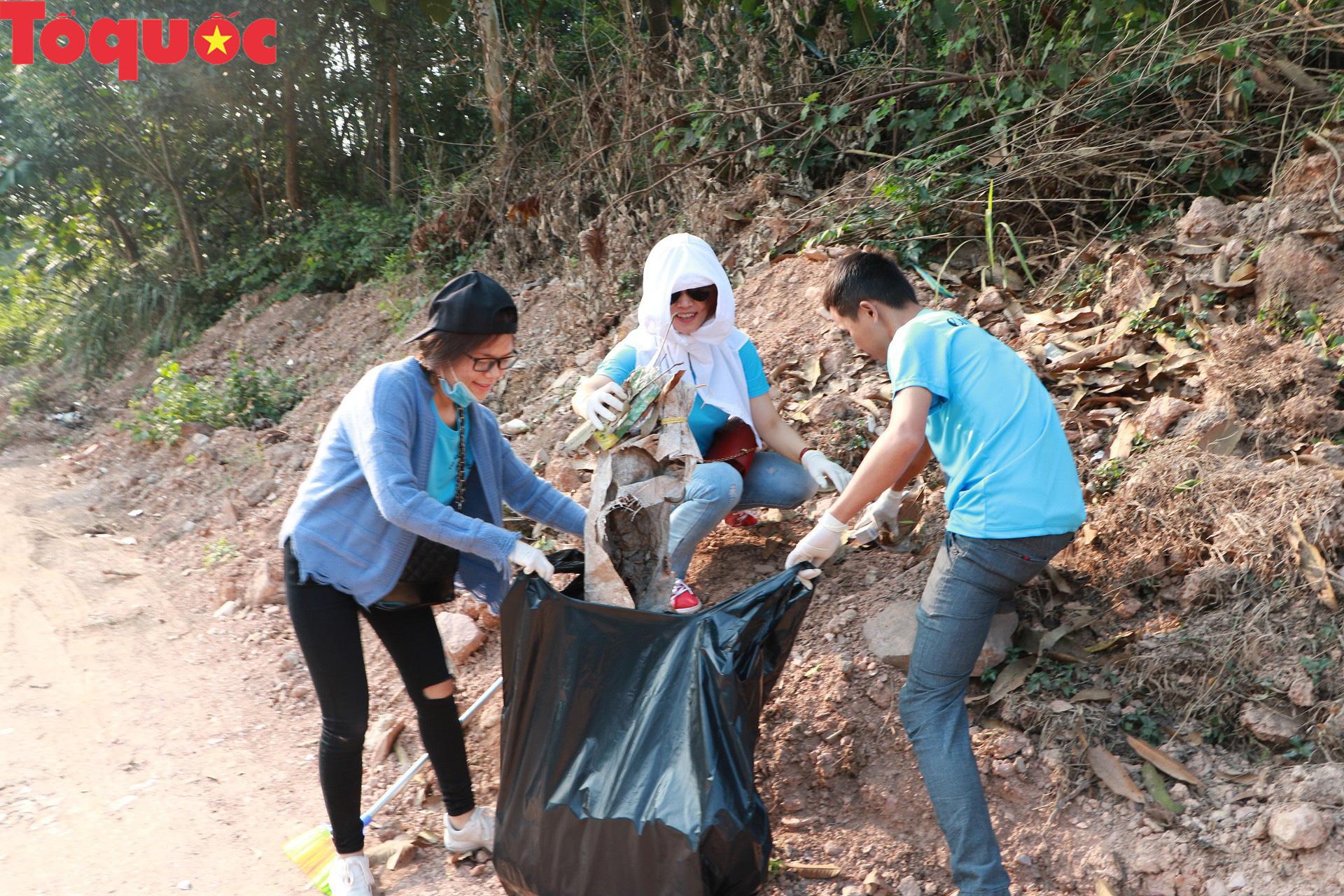 Phóng viên tại Huế nhặt rác làm sạch di tích, hưởng ứng Ngày chủ nhật xanh - Ảnh 3.