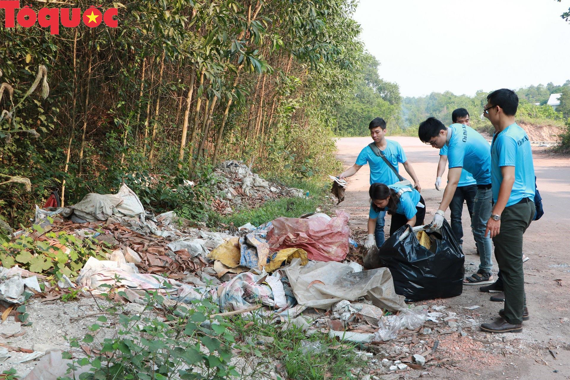 Phóng viên tại Huế nhặt rác làm sạch di tích, hưởng ứng Ngày chủ nhật xanh - Ảnh 4.