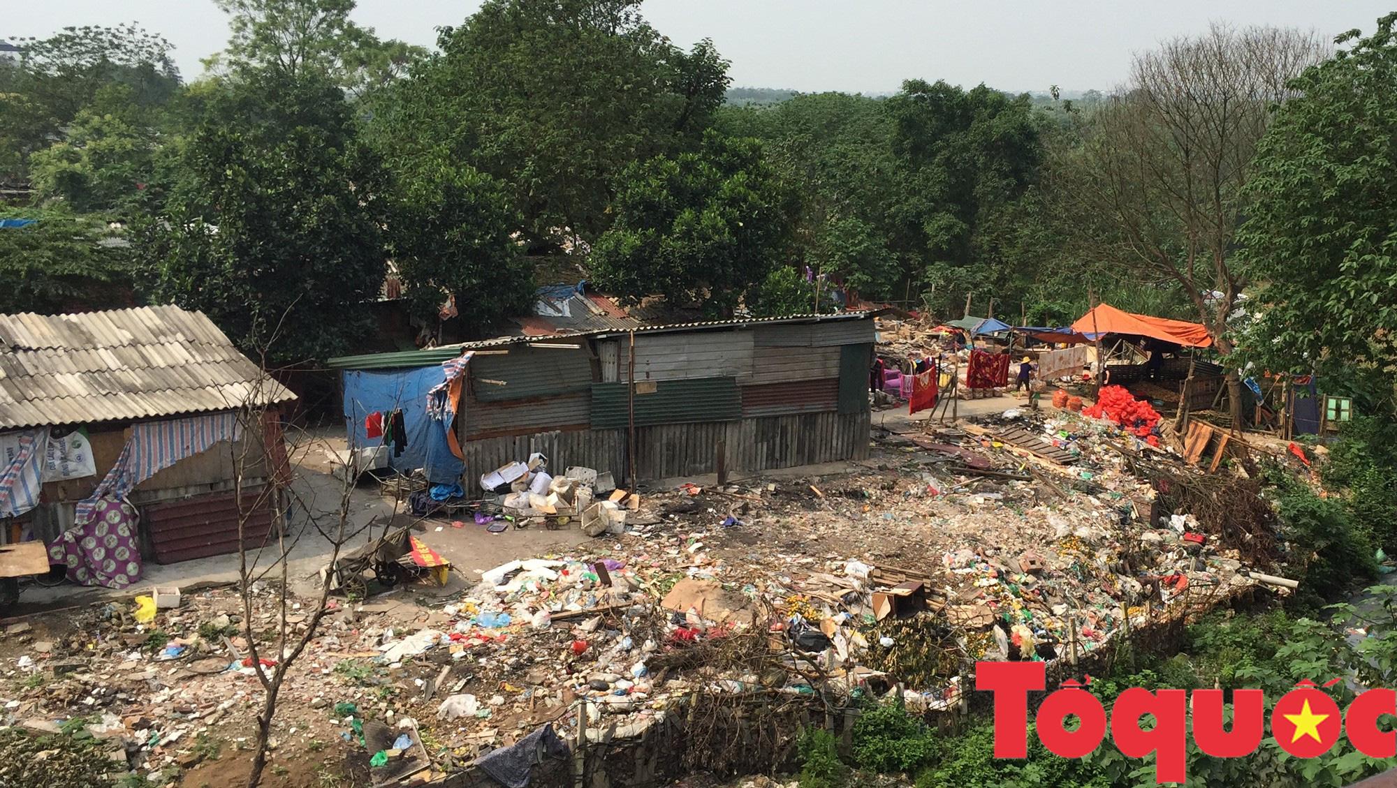 Kỳ 1 - Ô nhiễm môi trường: Con sông, tuyến đường ngập rác - Ảnh 1.