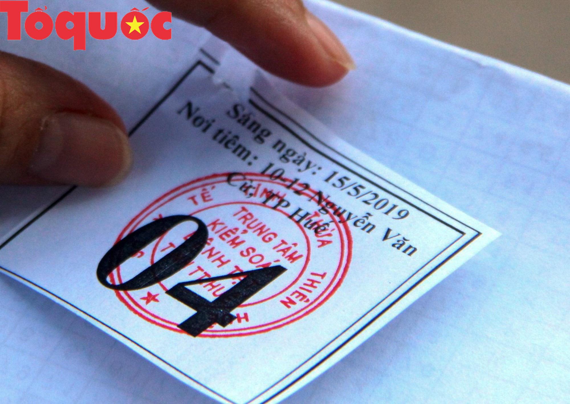 Vật vã xếp hàng từ 3 giờ sáng vẫn không lấy được phiếu tiêm văc xin cho con - Ảnh 6.