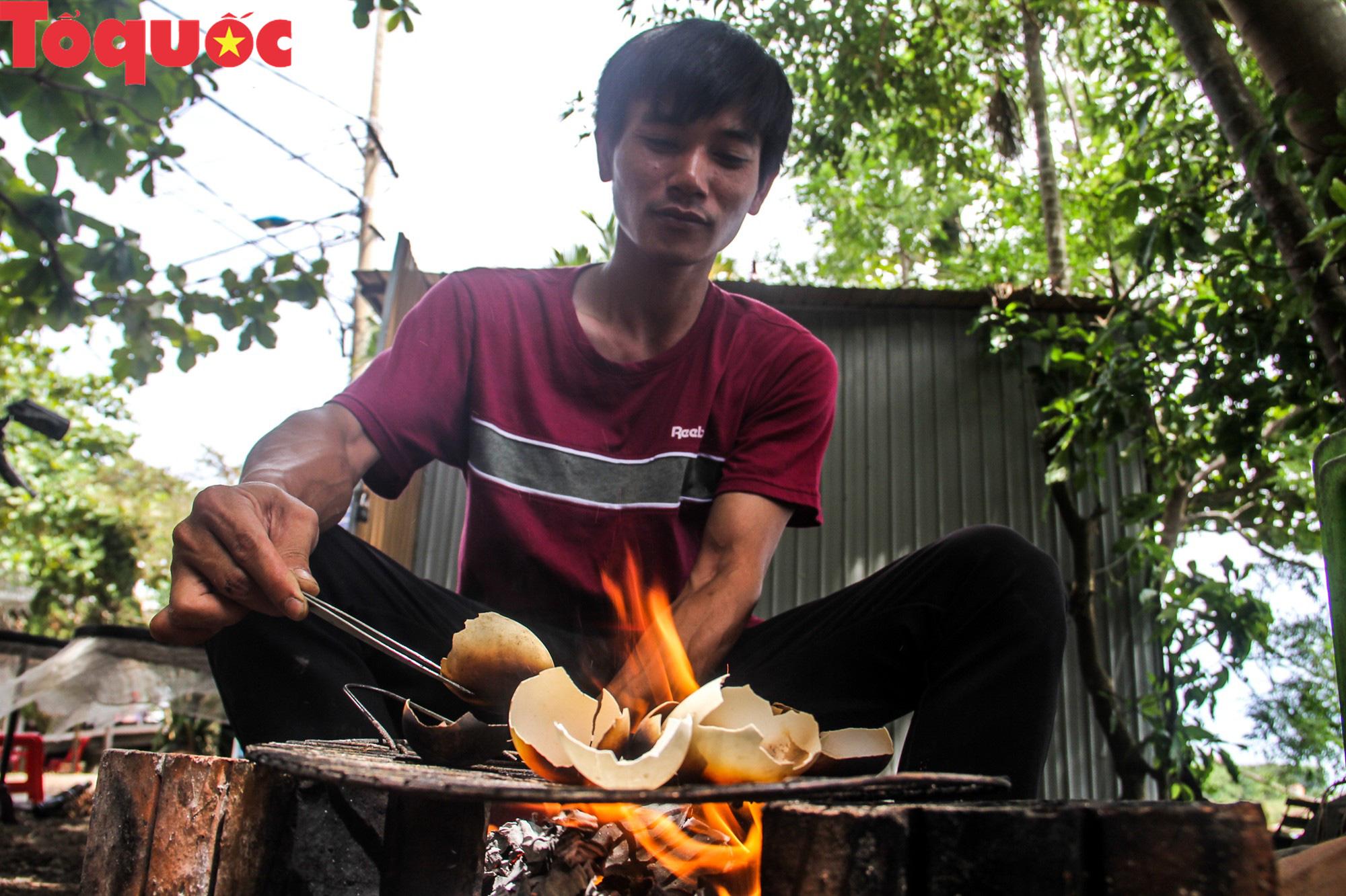 Khách Tây mê mẩn đồ dùng Việt được thổi hồn từ vỏ trứng - Ảnh 4.