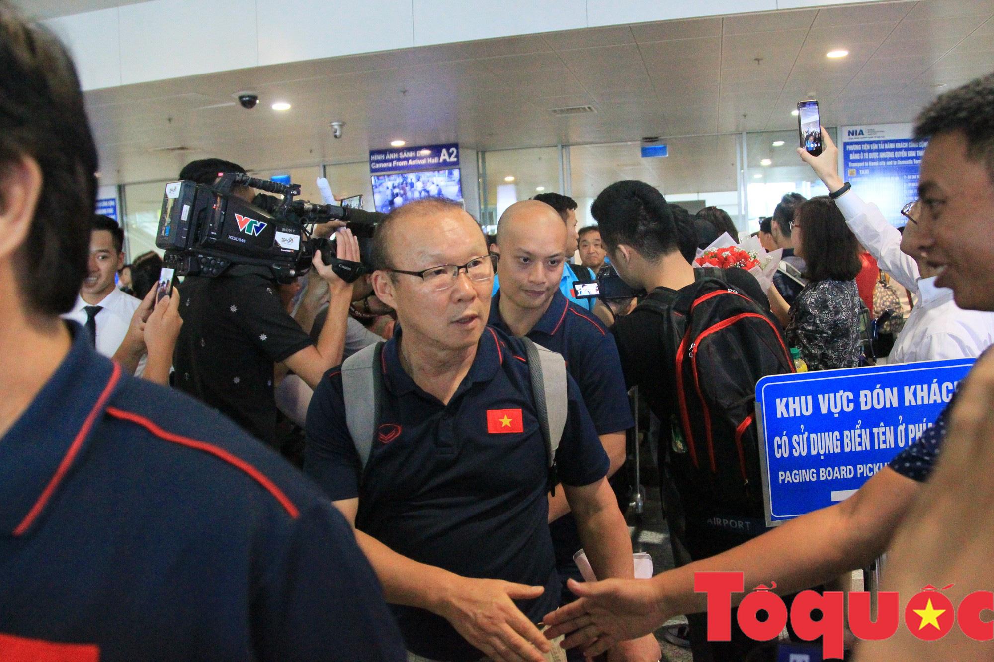 Á quân Kings Cup ĐT Việt Nam trở về rạng ngời, náo loạn sân bay Nội Bài - Ảnh 1.