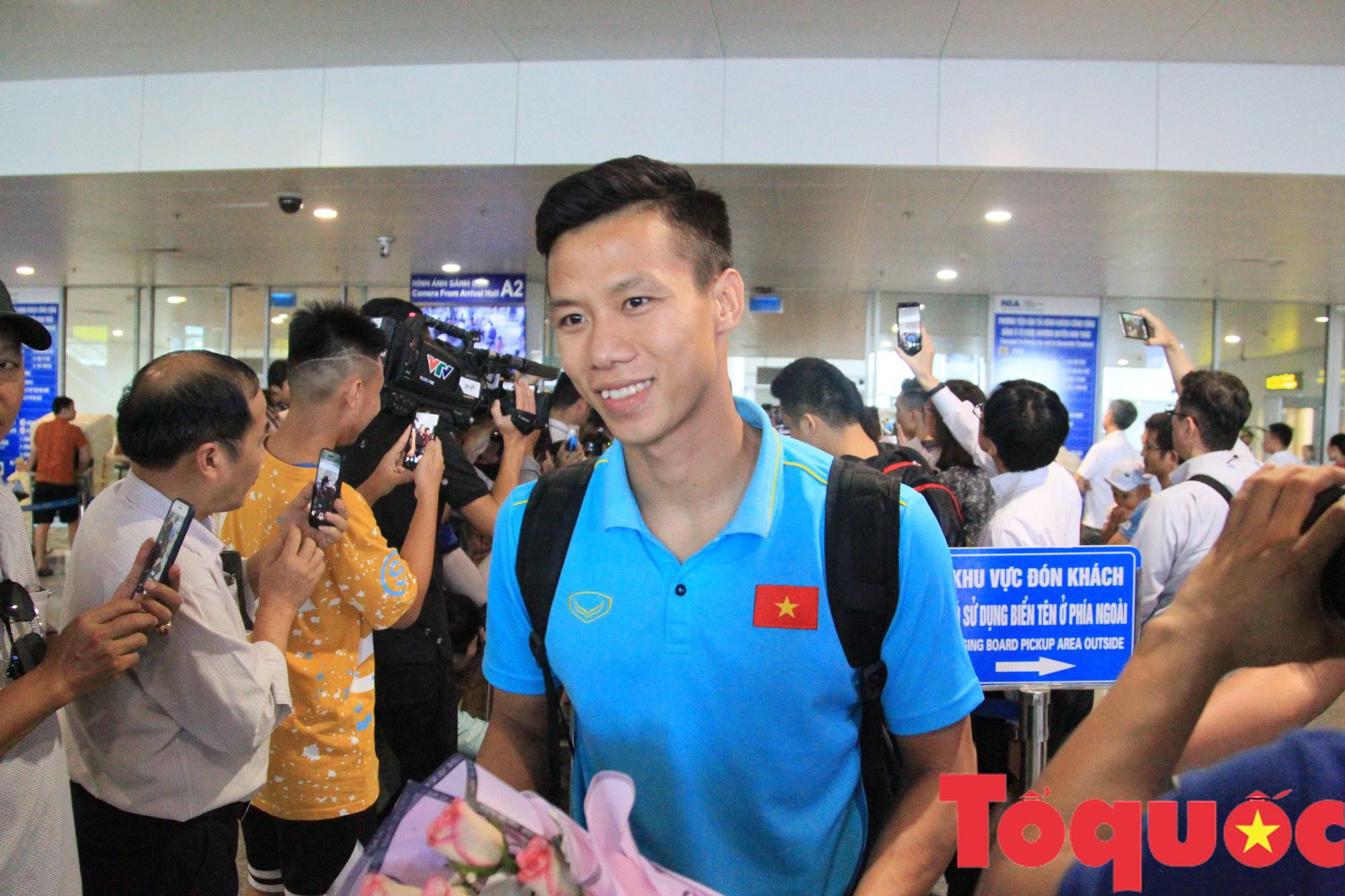 Á quân Kings Cup ĐT Việt Nam trở về rạng ngời, náo loạn sân bay Nội Bài - Ảnh 2.