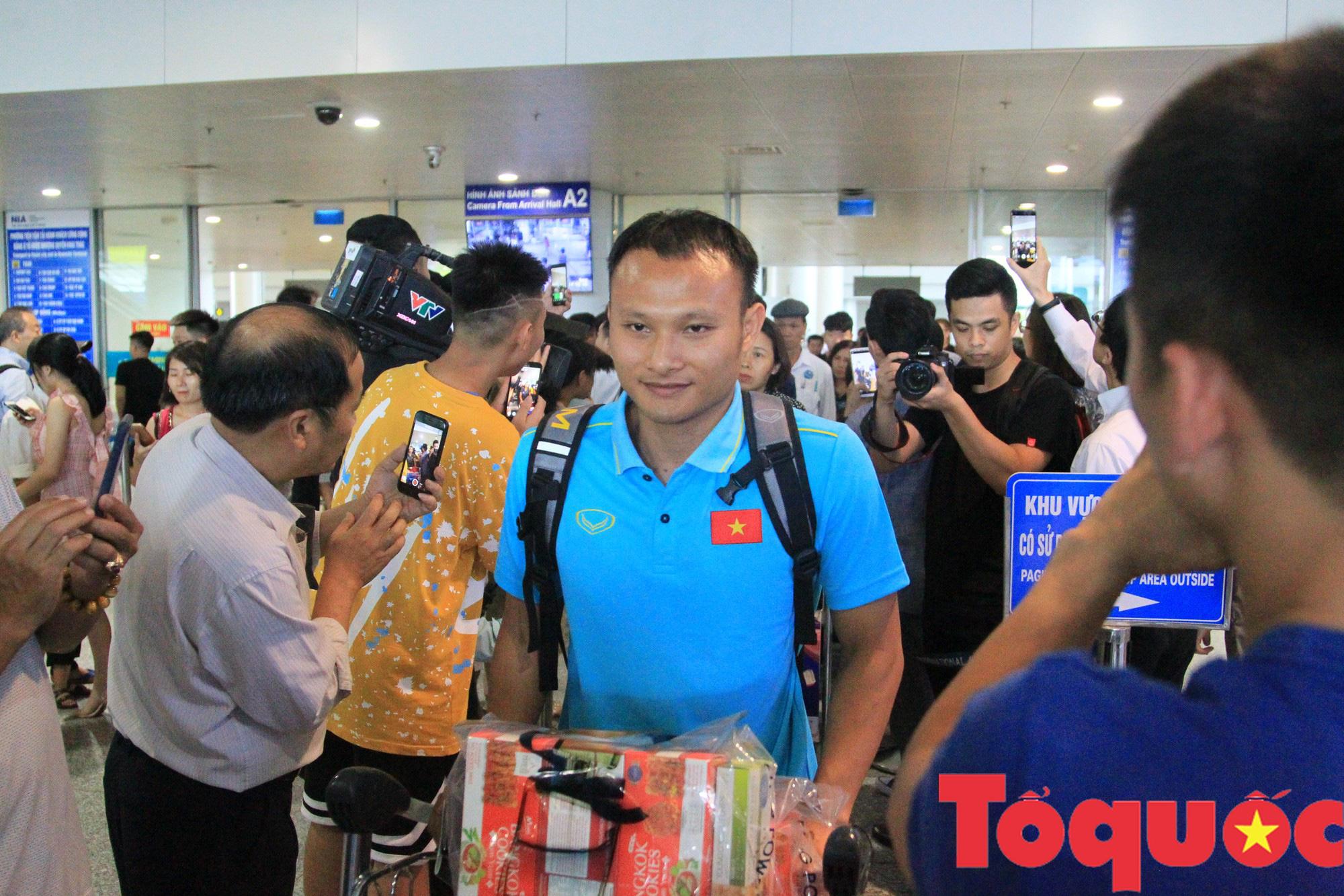 Á quân Kings Cup ĐT Việt Nam trở về rạng ngời, náo loạn sân bay Nội Bài - Ảnh 4.